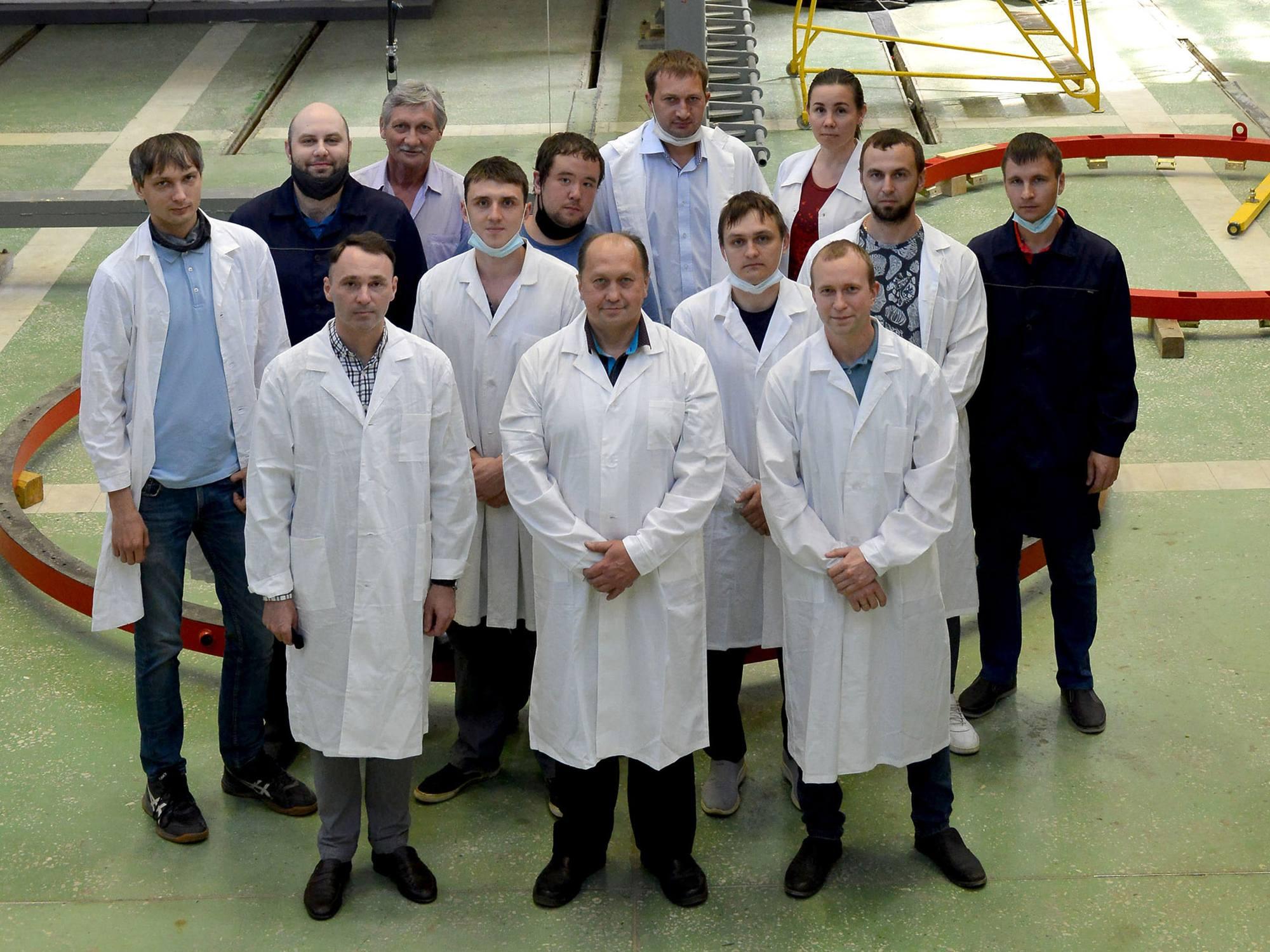 L'équipe chargée des tests. On constate avec plaisir que désormais ces équipes comprennent de nombreux jeunes, ce qui n'a pas toujours été le cas dans une industrie spatiale russe vieillissante.