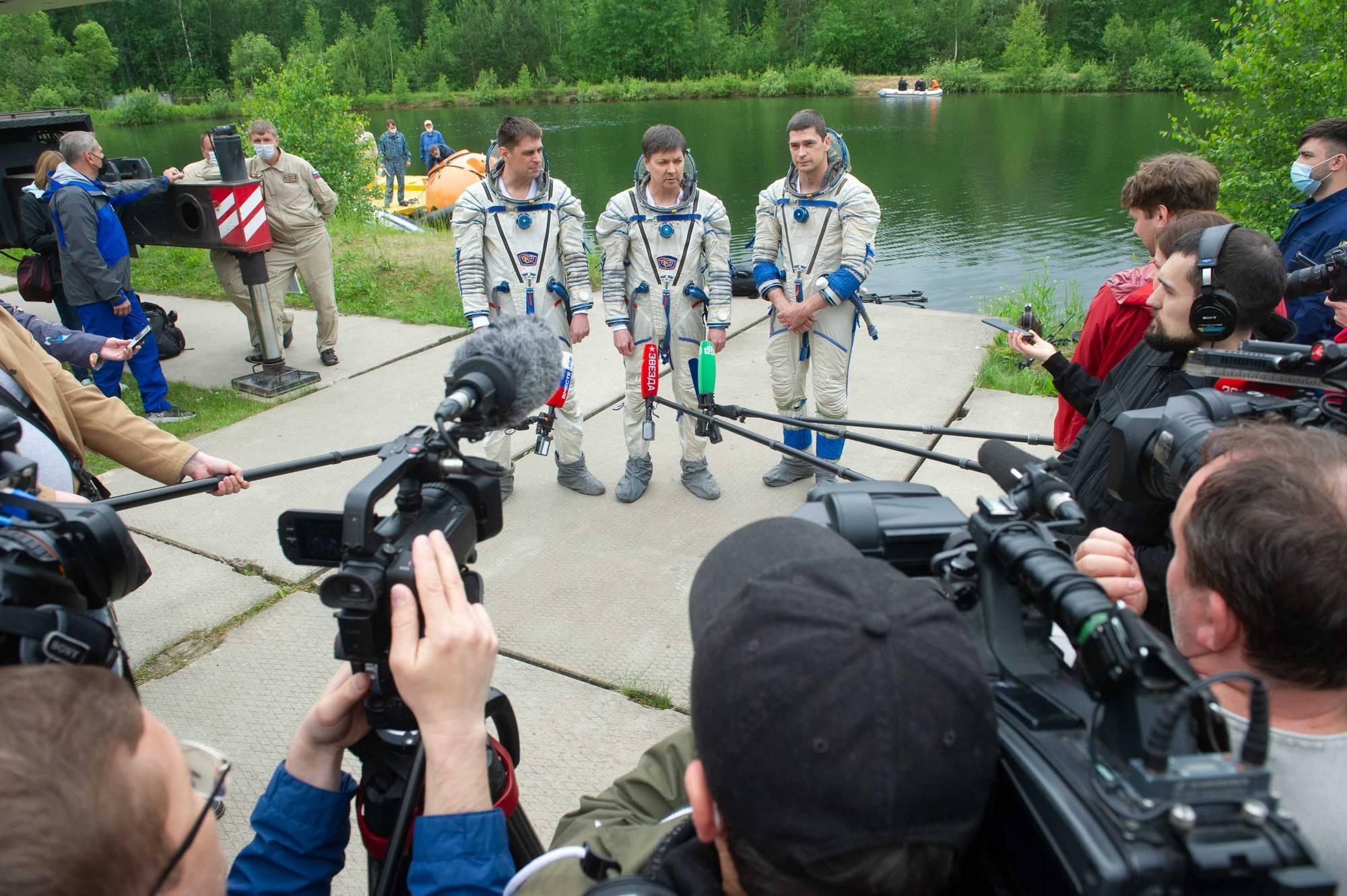 L'équipage répond aux questions des journalistes.