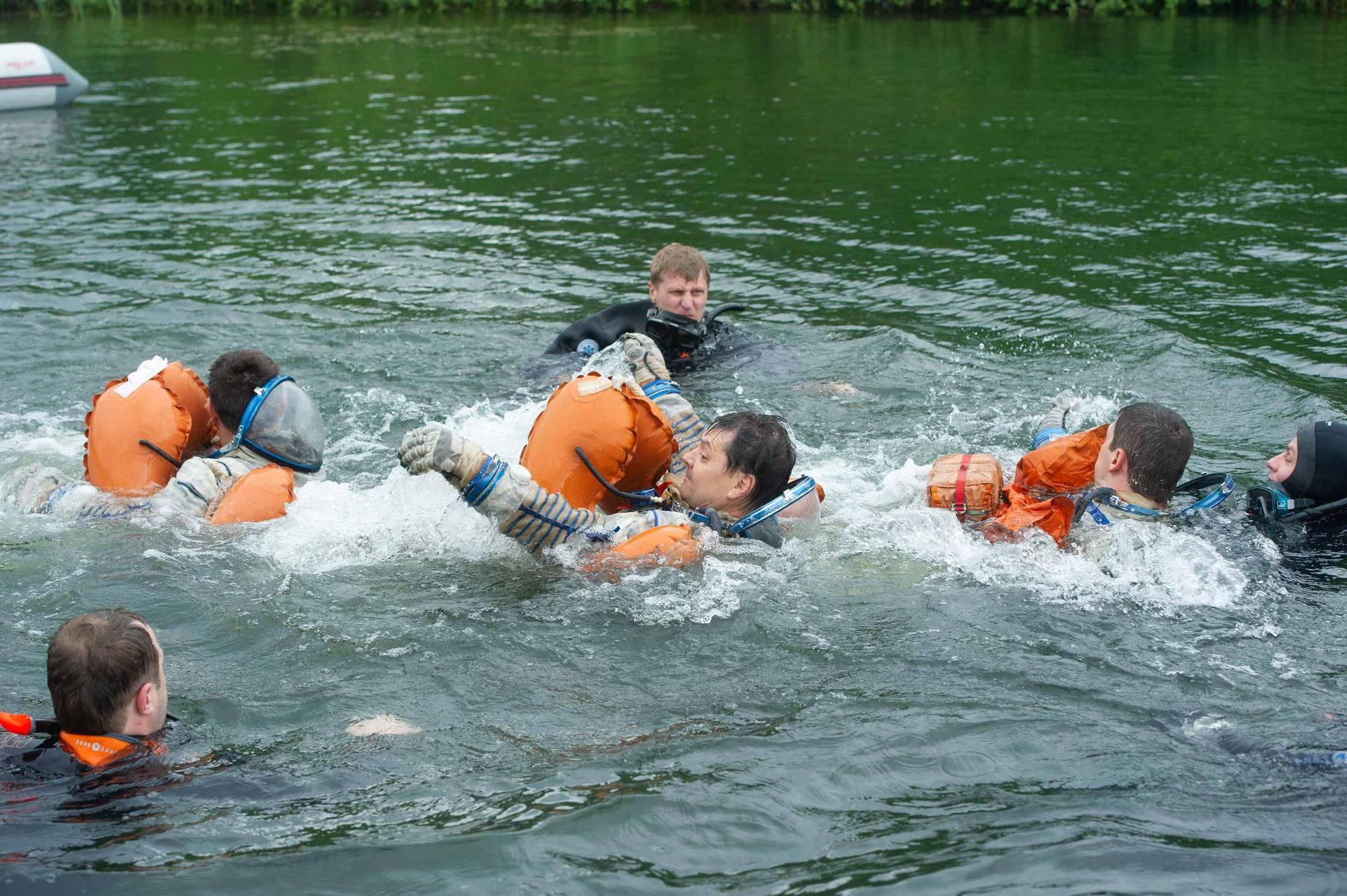 Si nécessaire les cosmonautes doivent se déplacer sur l'eau pour gagner une zone de récupération.