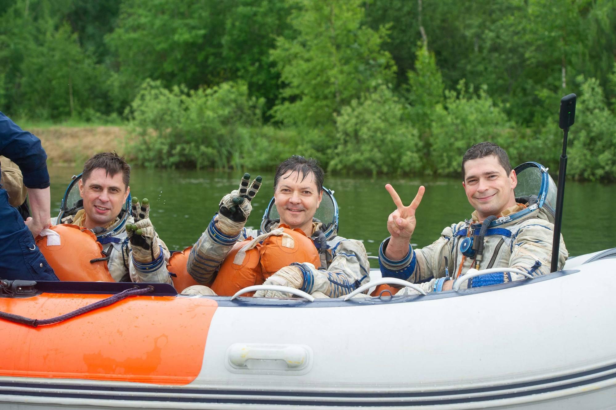 Le canot de sauvetage est là pour hisser les cosmonautes, satisfait de leur bref mais intense effort.