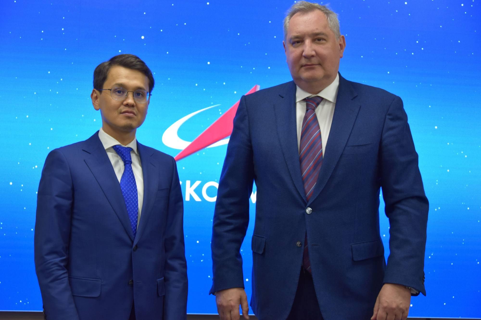 A droite Dmitry Rogozine (DG de Roscosmos) et à gauche, Bagdat Mousine, ministre du Développement numérique, de l'Innovation et de l'Aérospatiale de la République du Kazakhstan.