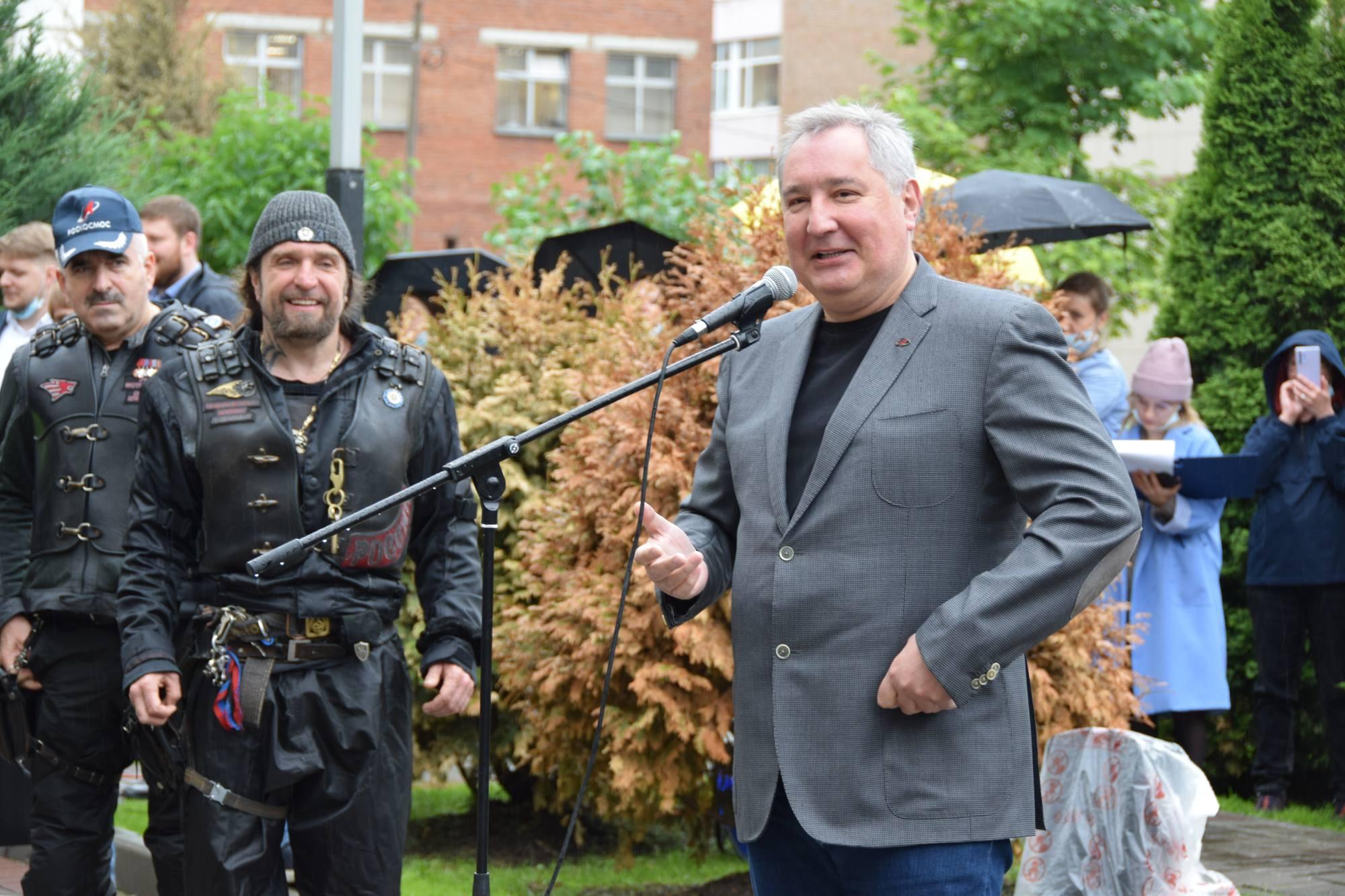 """Dmitry Rogozine s'adresse aux membres du club de motards """"Les loups de la nuit""""."""