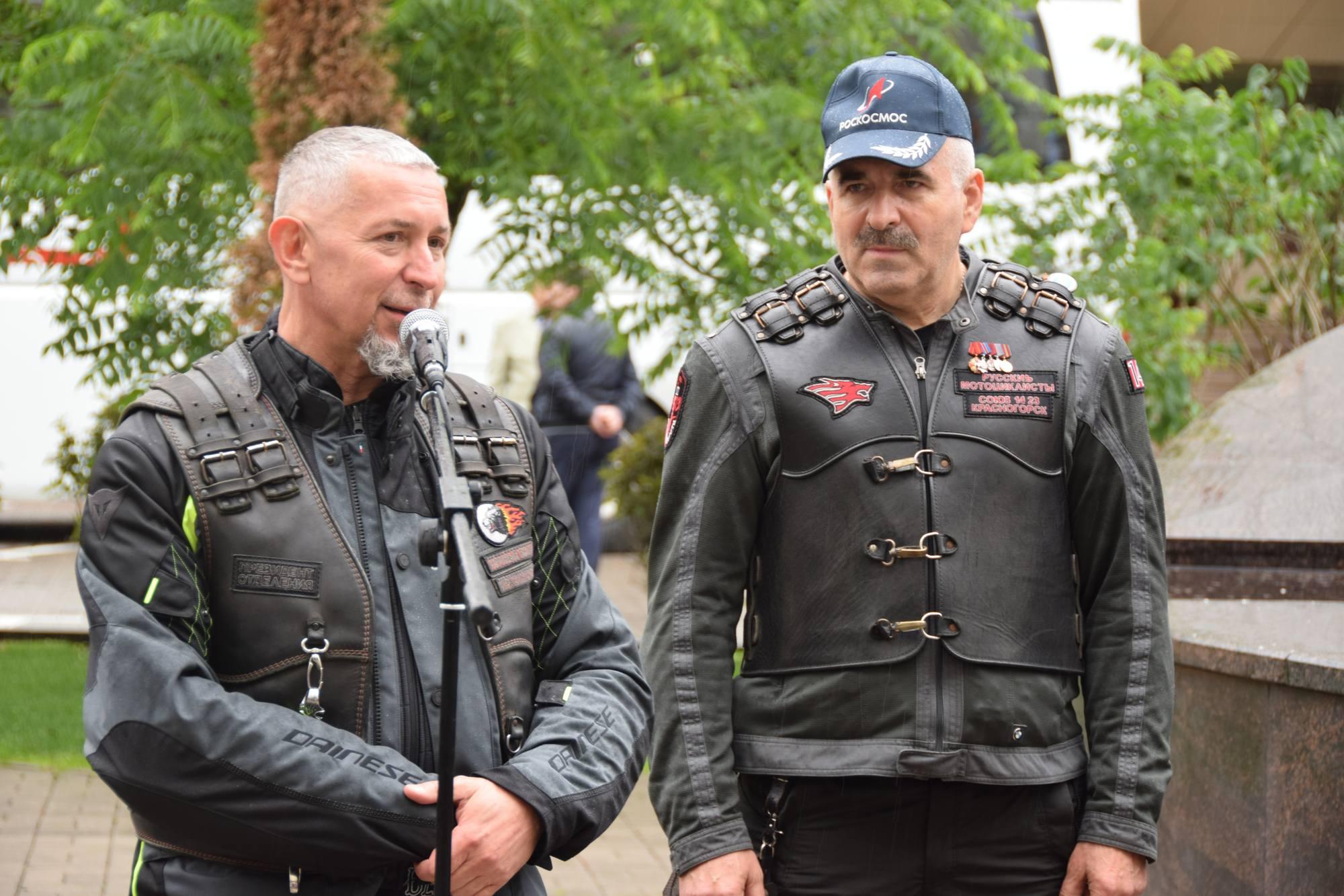 Les membres du club répondent à l'intervention orale de Dmitry Rogozine.