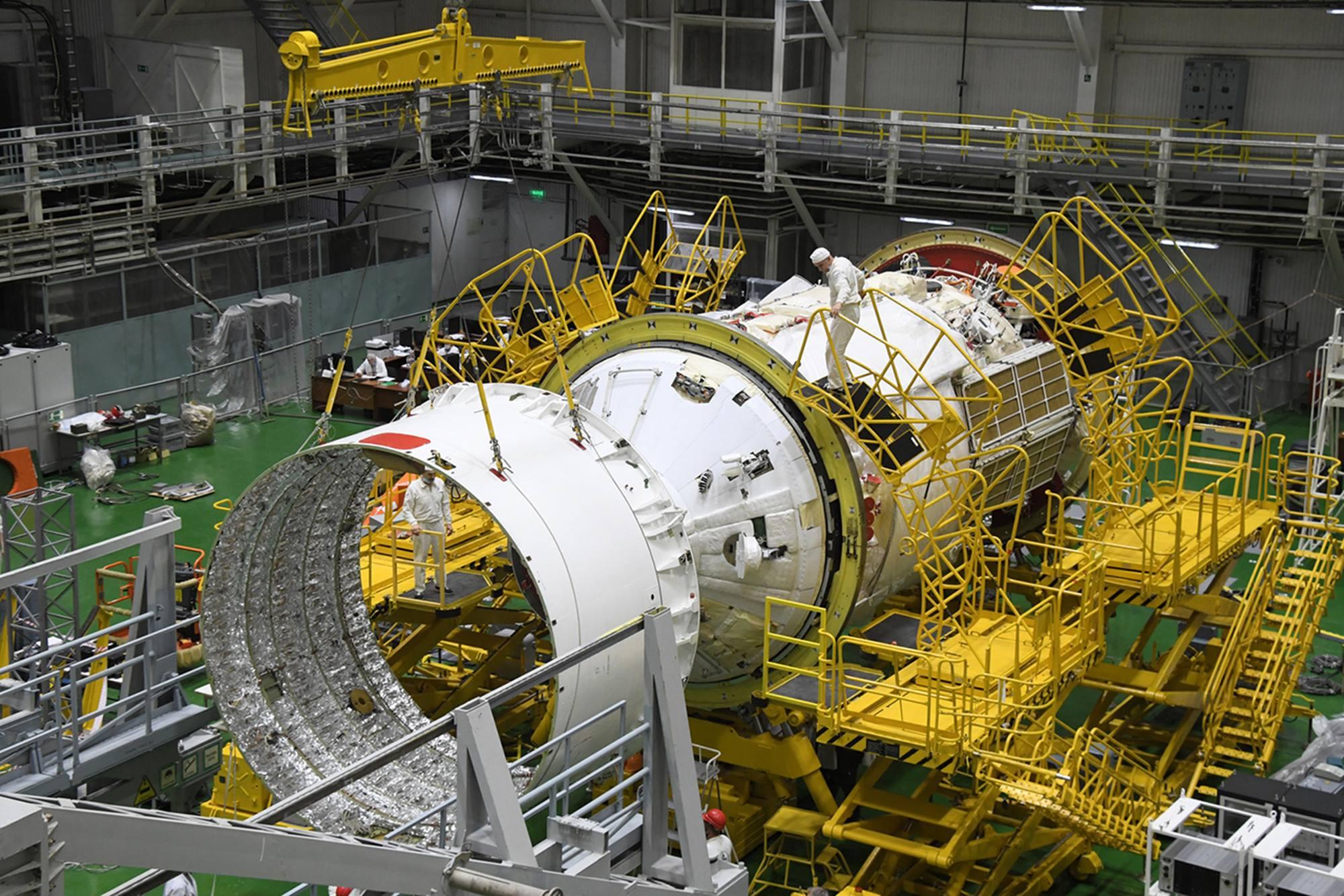 Placement de l'adaptateur dans l'axe du module.