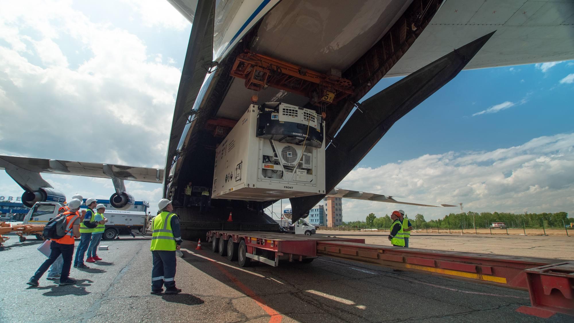 Les conteneurs vont être sortis un à un de la soute grâce au pont roulant de l'Antonov 124.