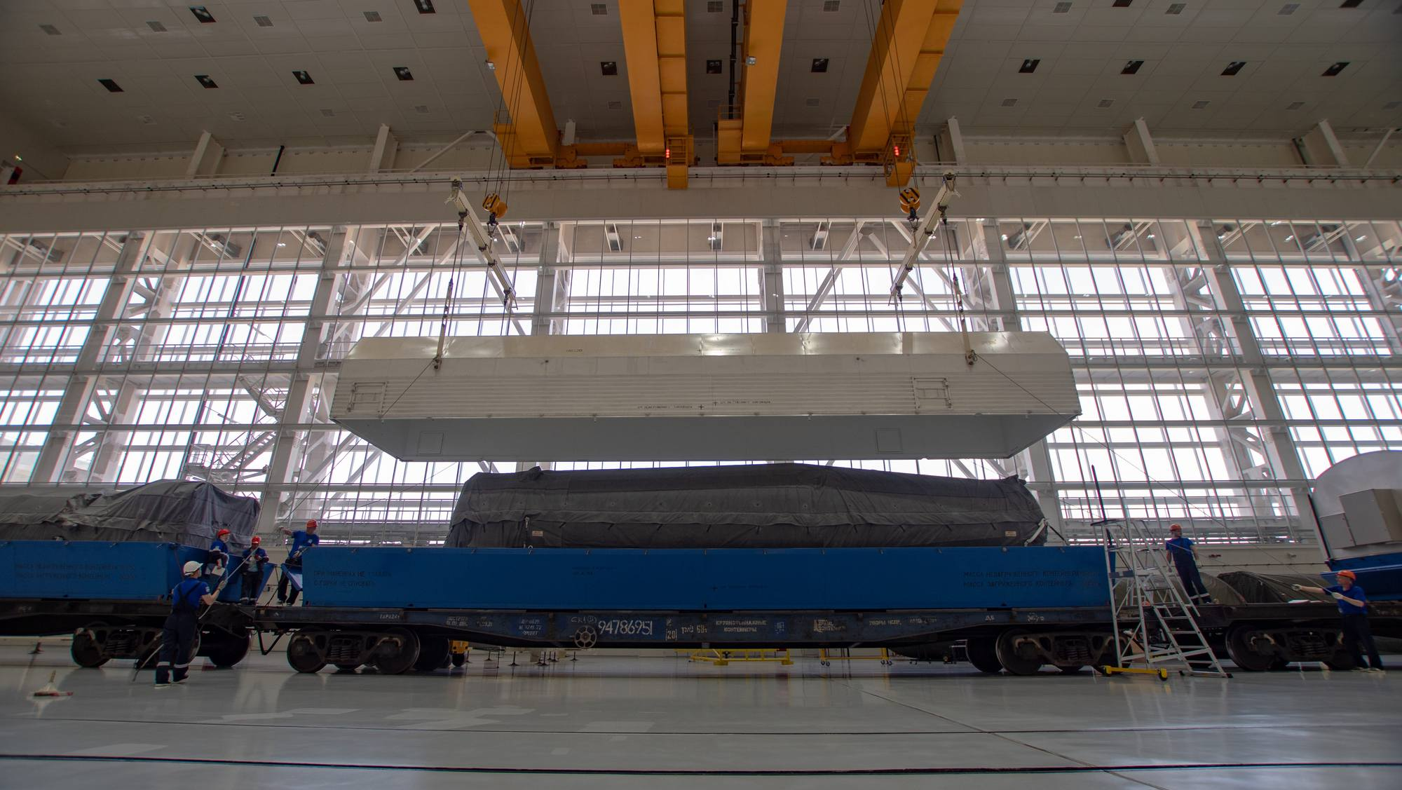 Au centre, la partie supérieure du corps central du lanceur Soyouz est découverte.