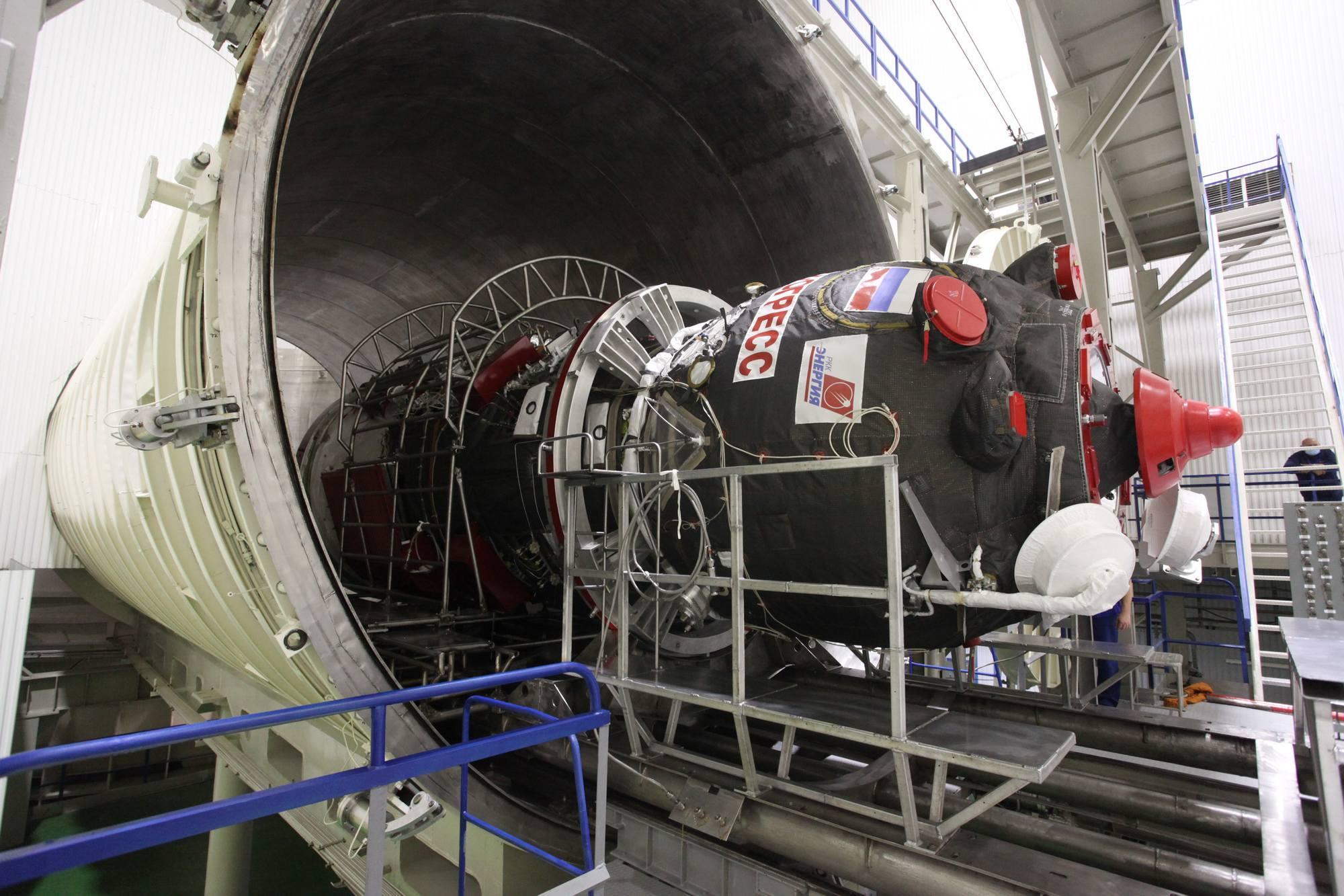 Progress passe dans le tunnel d'accès à la chambre à vide.