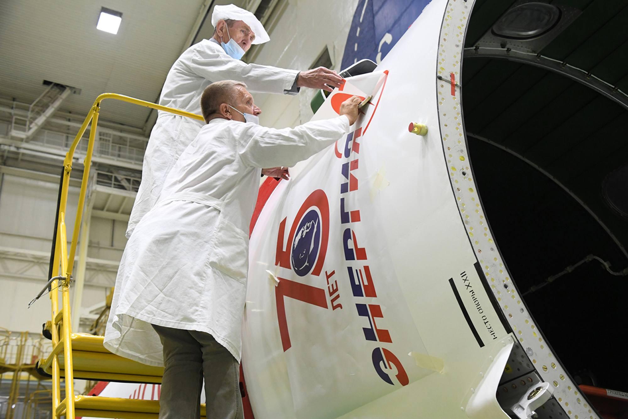 Pose de l'autocollant en l'honneur du 75ème anniversaire de la création d'Energuya.