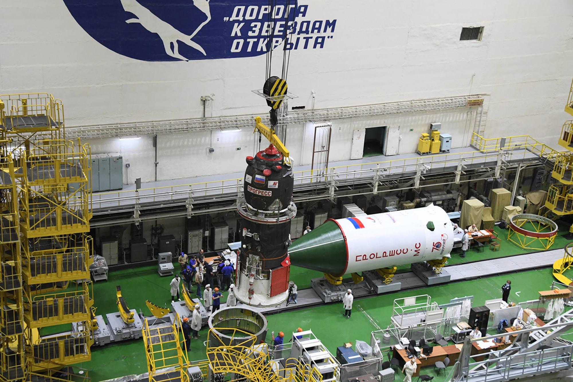 Le cargo va ensuite être déposé sur le compartiment d'adaptation au lanceur.