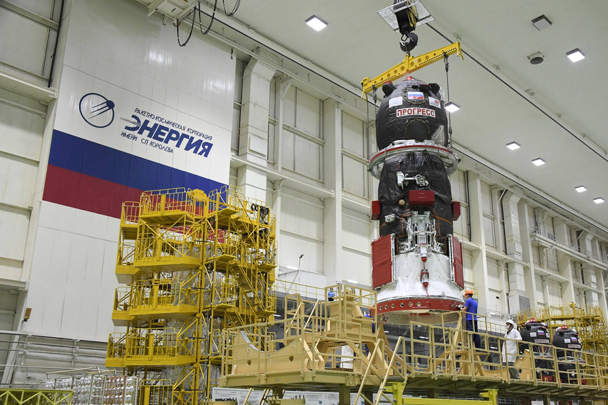 Le cargo Progress lors de son replacement sur le stand de préparation.
