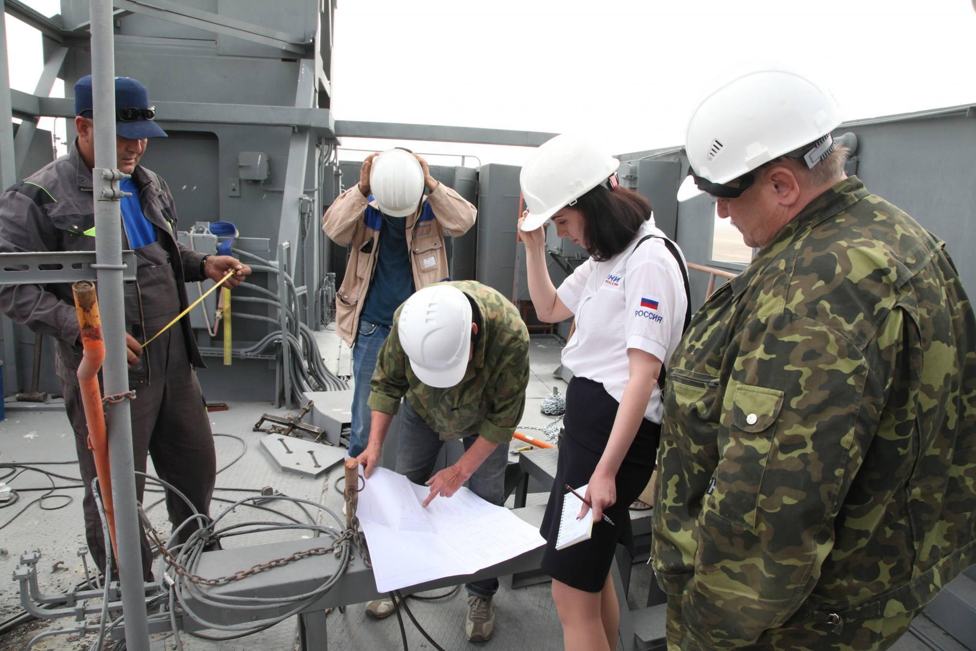 Les spécialistes dy TsENKI étudient les plans et les consignes d'installation.