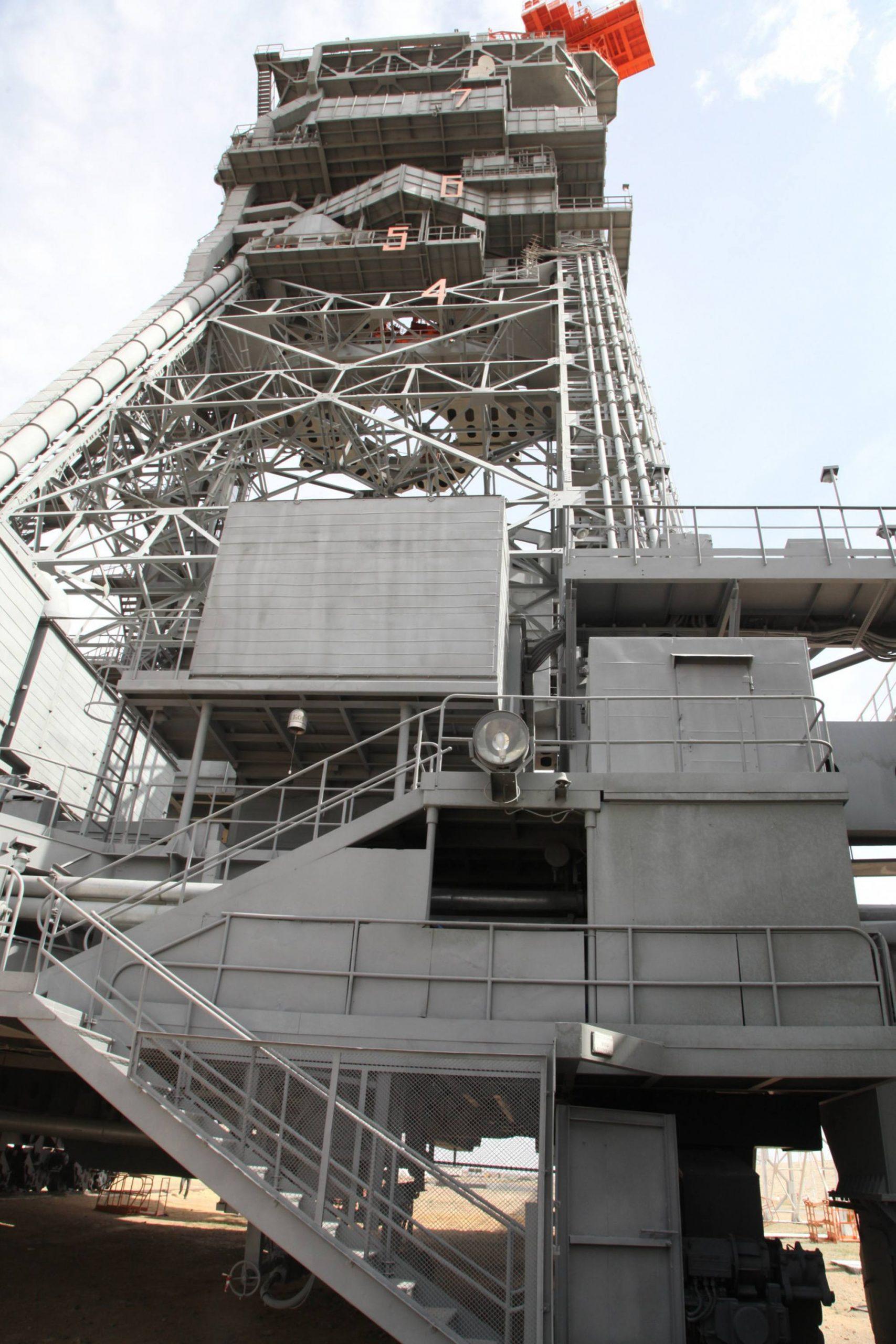 Tout ce travail s'effectue tout en haut de la tour de service mobile.