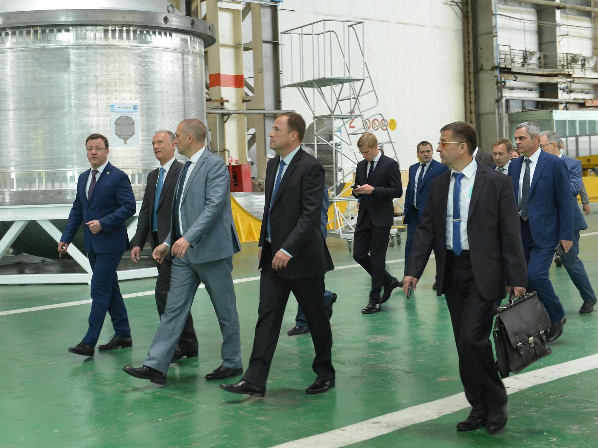 Les visiteurs dans l'atelier de production du lanceur Soyouz-5.