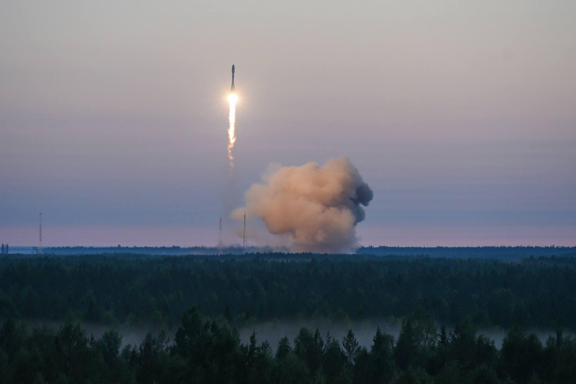 Le lanceur Soyouz s'élève au dessus de la taïga du cosmodrome militaire de Plesetsk, au Nord de la Russie.
