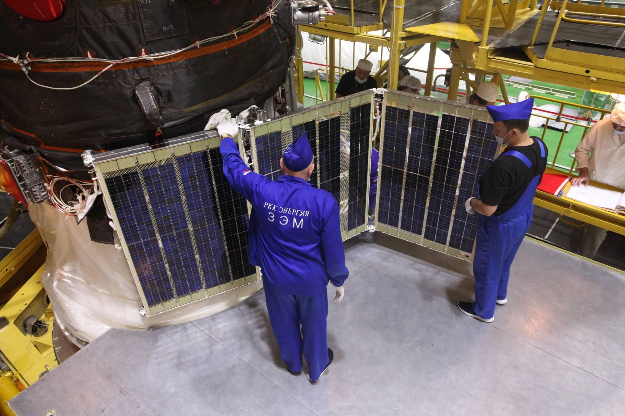 Déploiement d'un des deux panneaux solaires.