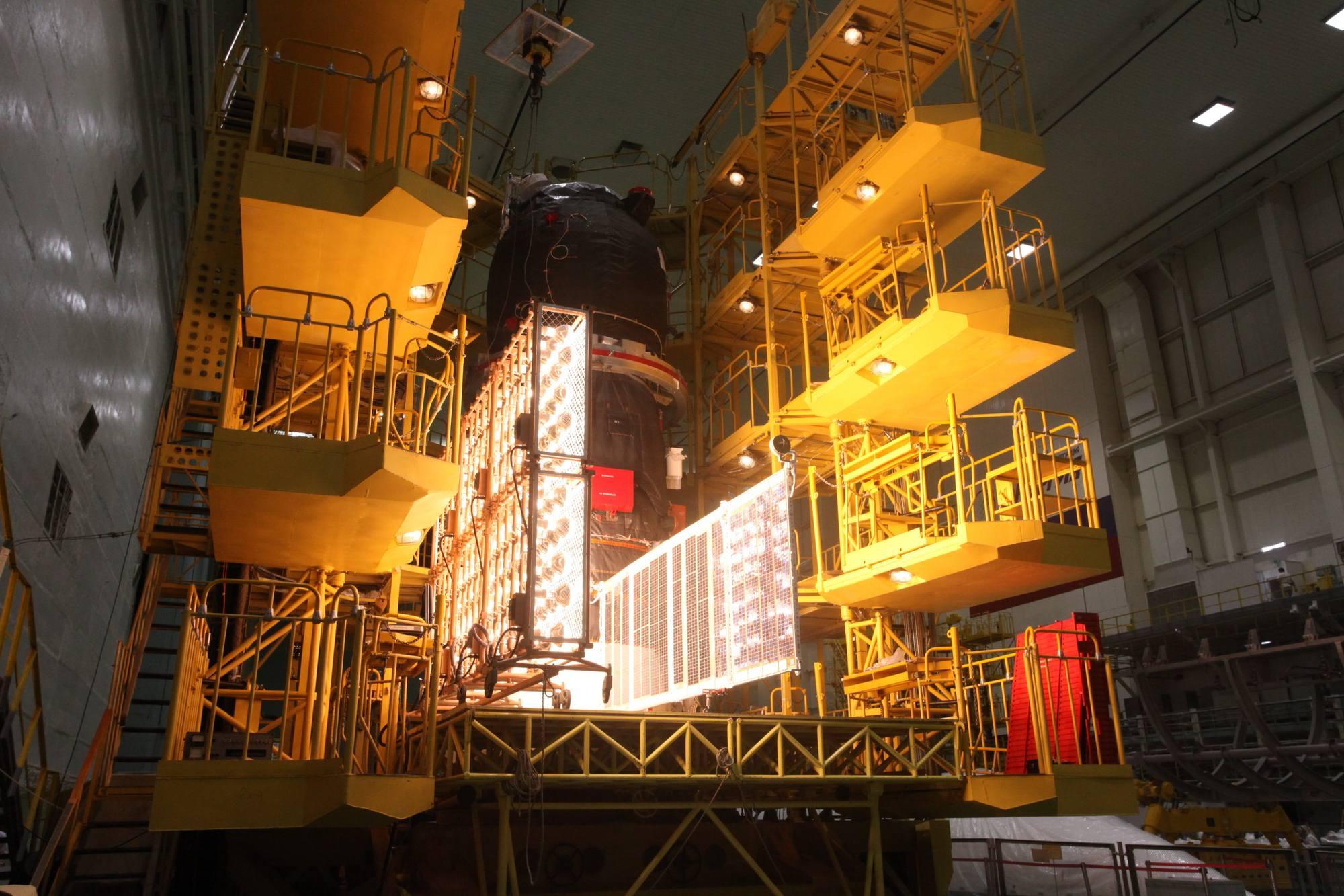 Plein feu sur les cellules des panneaux solaires. L'opération est renouvelée pour le second panneau du cargo après rotation de ce dernier.