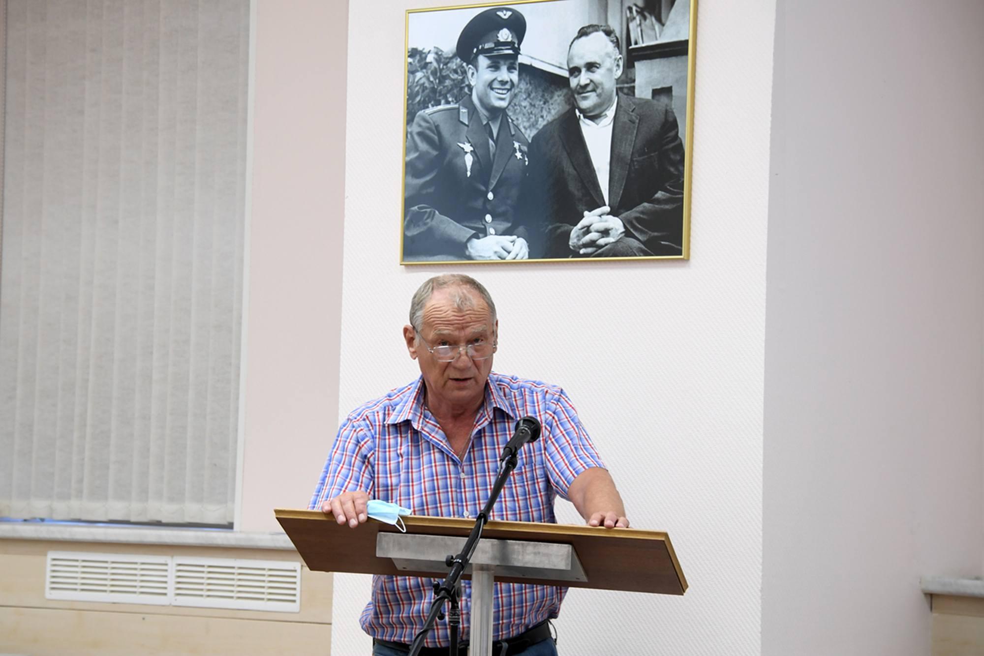 Les différents responsables font leur rapport: ici Leonide Baranov, Responsable de la filiale de Ba!ïkonour d'Energuya.