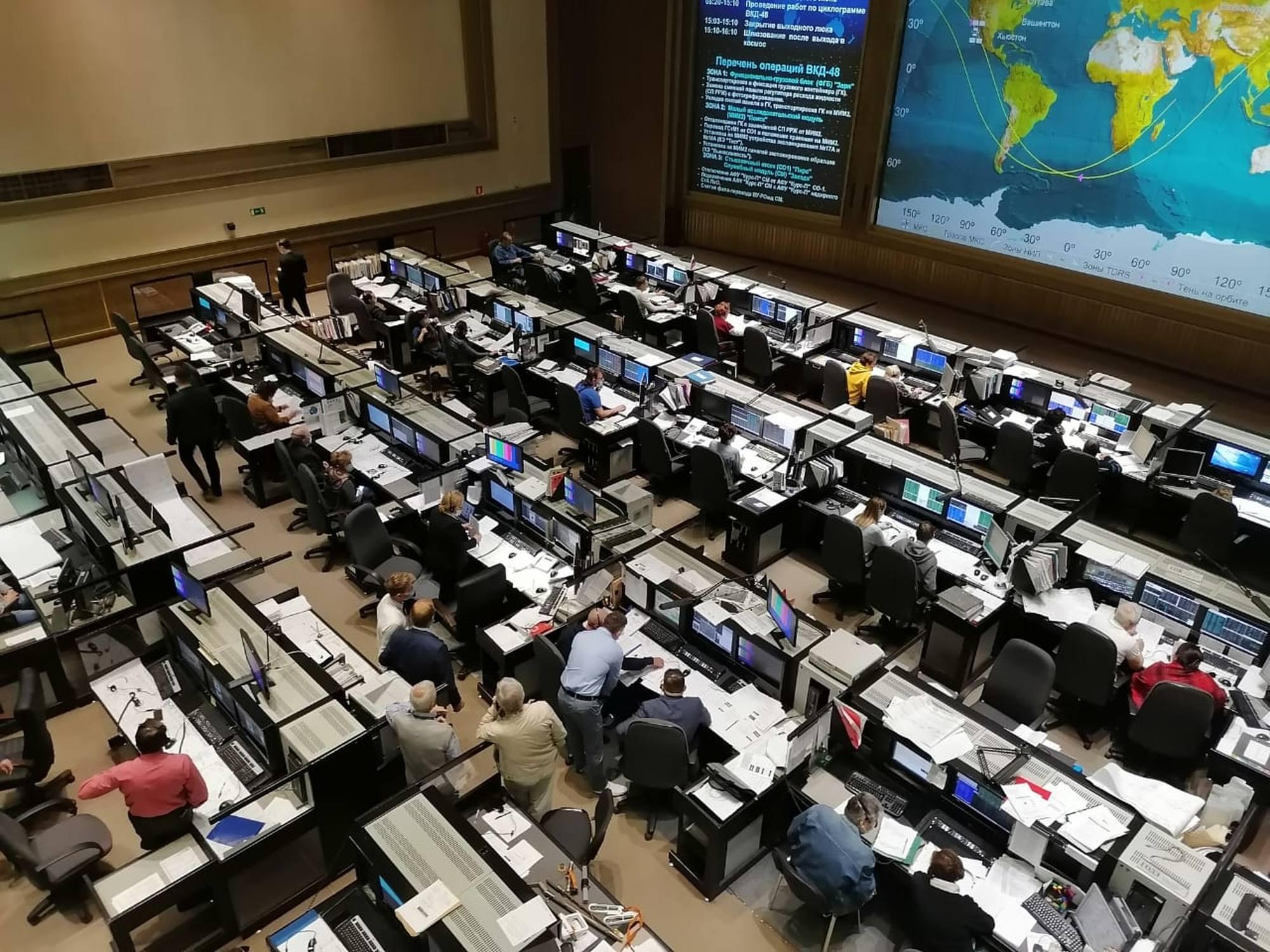 La salle de contrôle principale du TsOUP pendant la sortie.