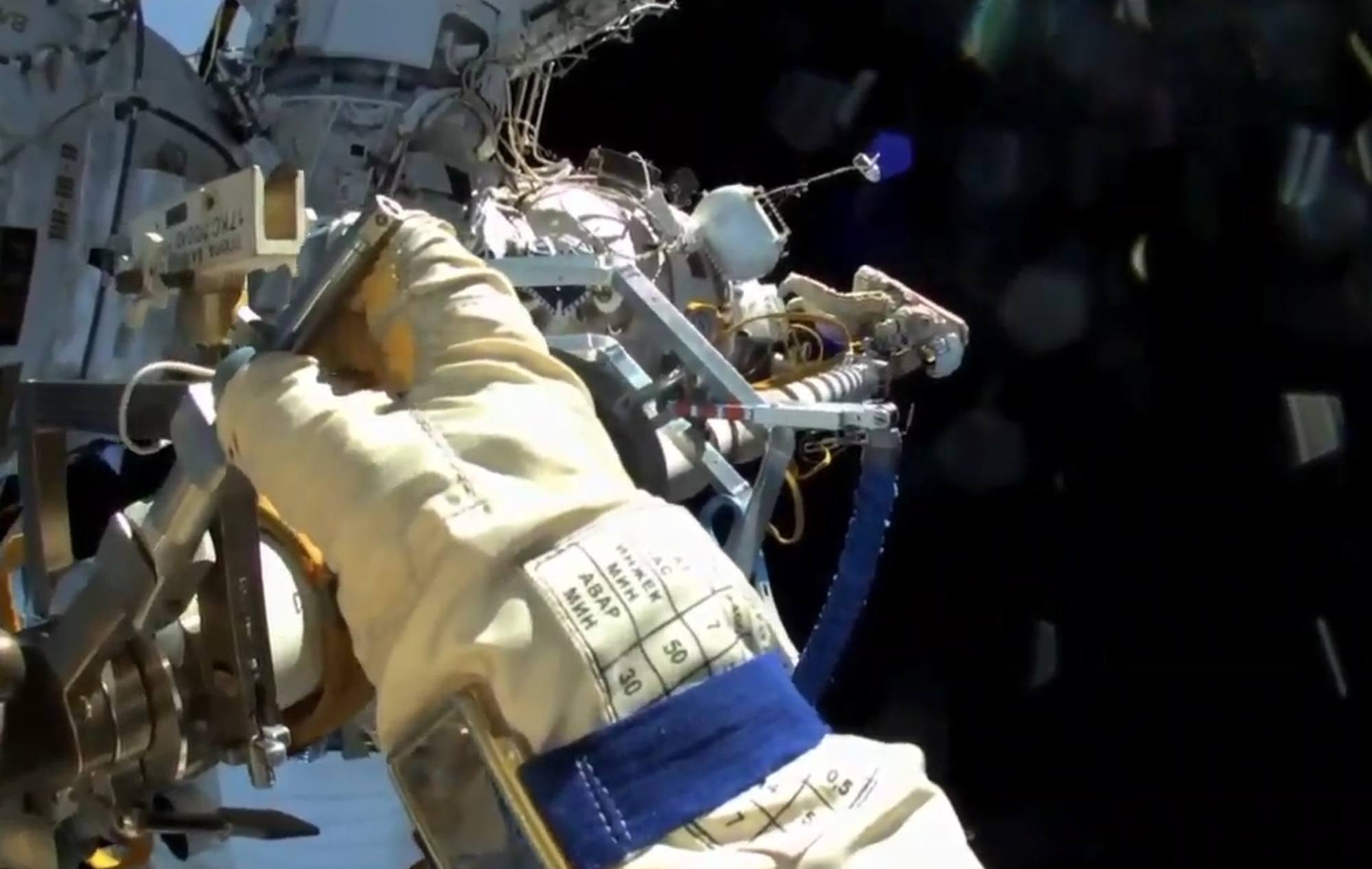Rétraction du bras manipulateur Strela (Il gènerait l'arrivée du module Naouka).