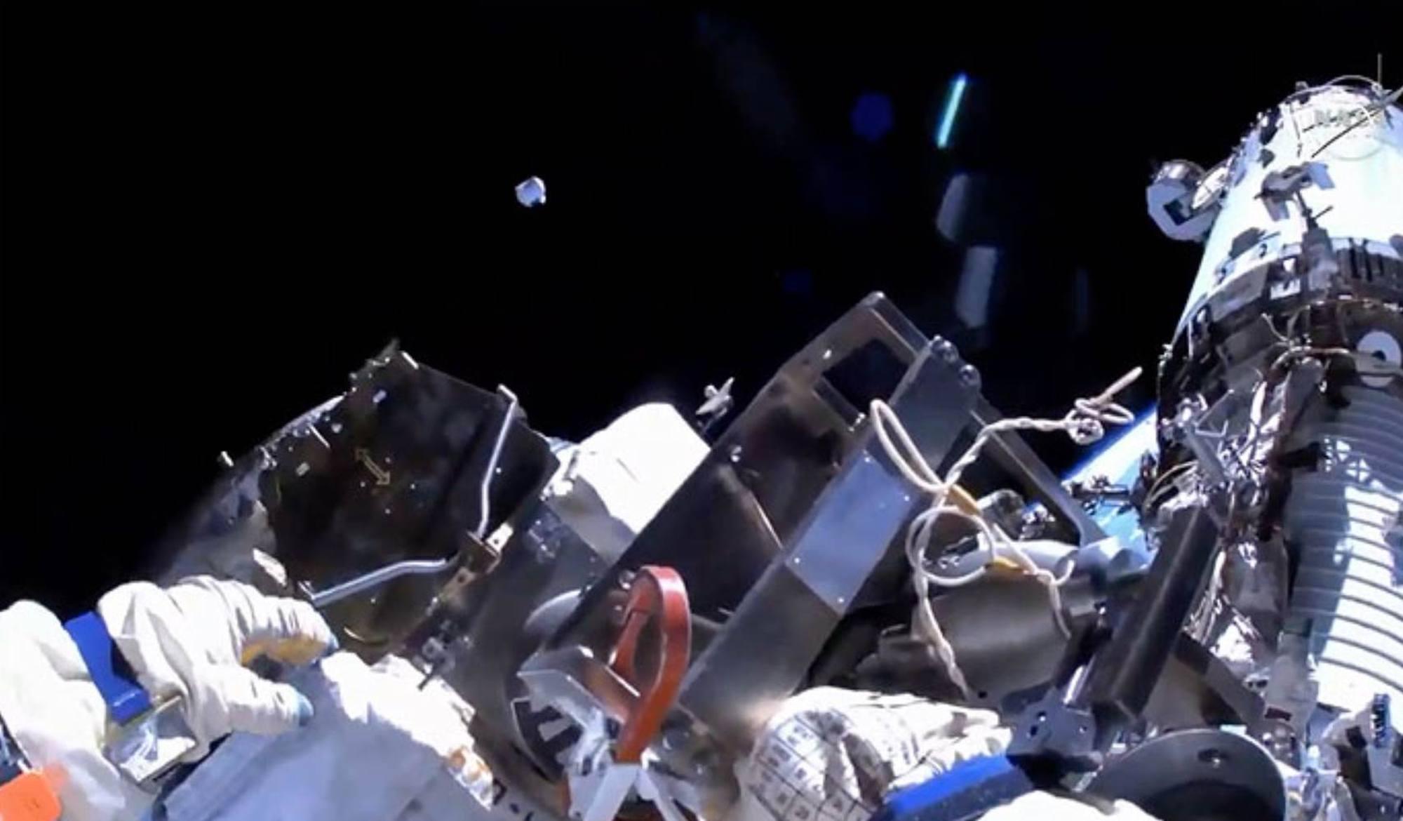 Le conteneur pressurisé remplacé est jeté dans l'espace dans une direction favorisant son retour dans l'atmosphère pour y brûler.