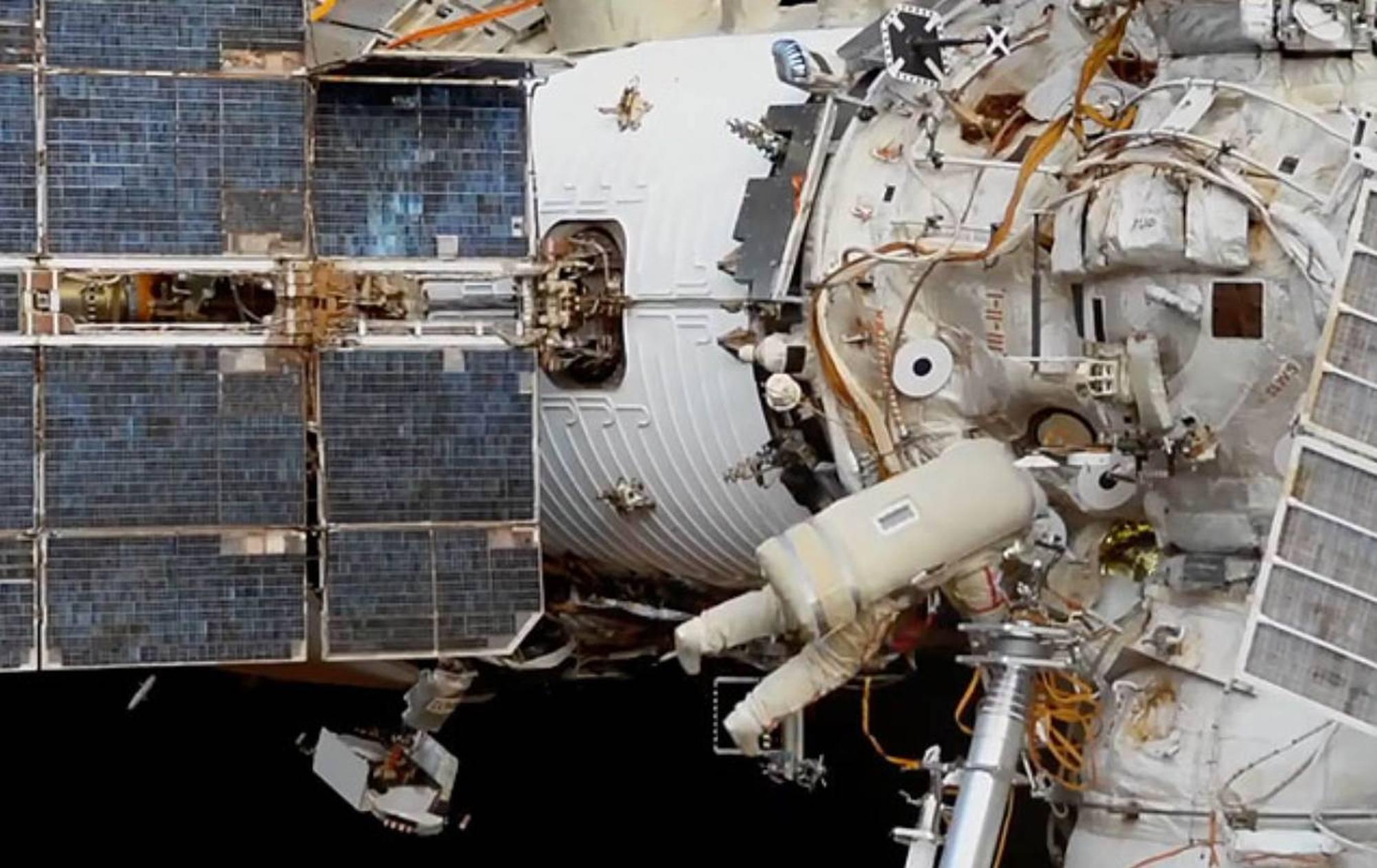 Connexion de câbles sur le module Zvezda.
