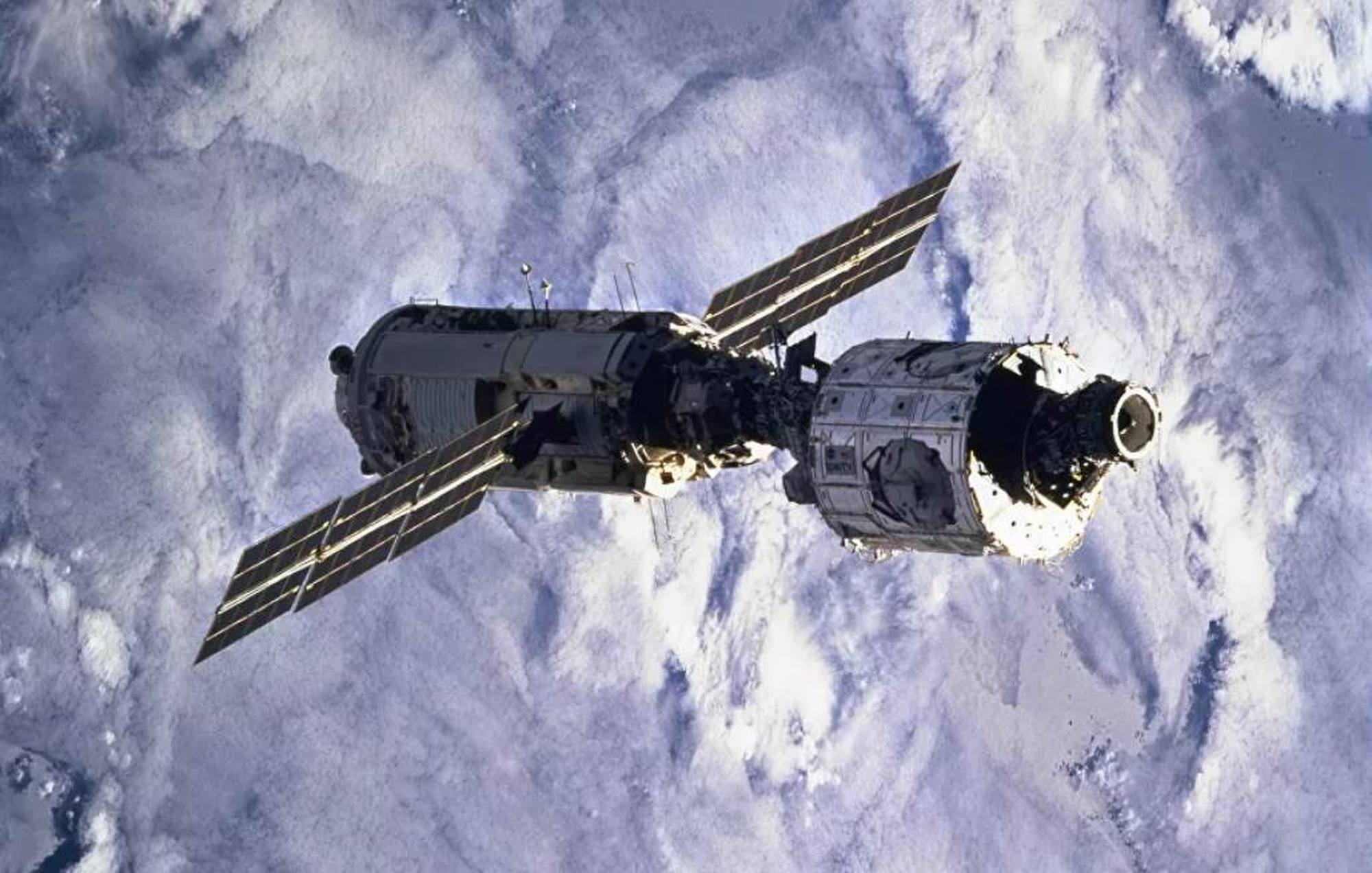 Le module Zarya et, à droite le module Unity, les deux premiers éléments de l'ISS.