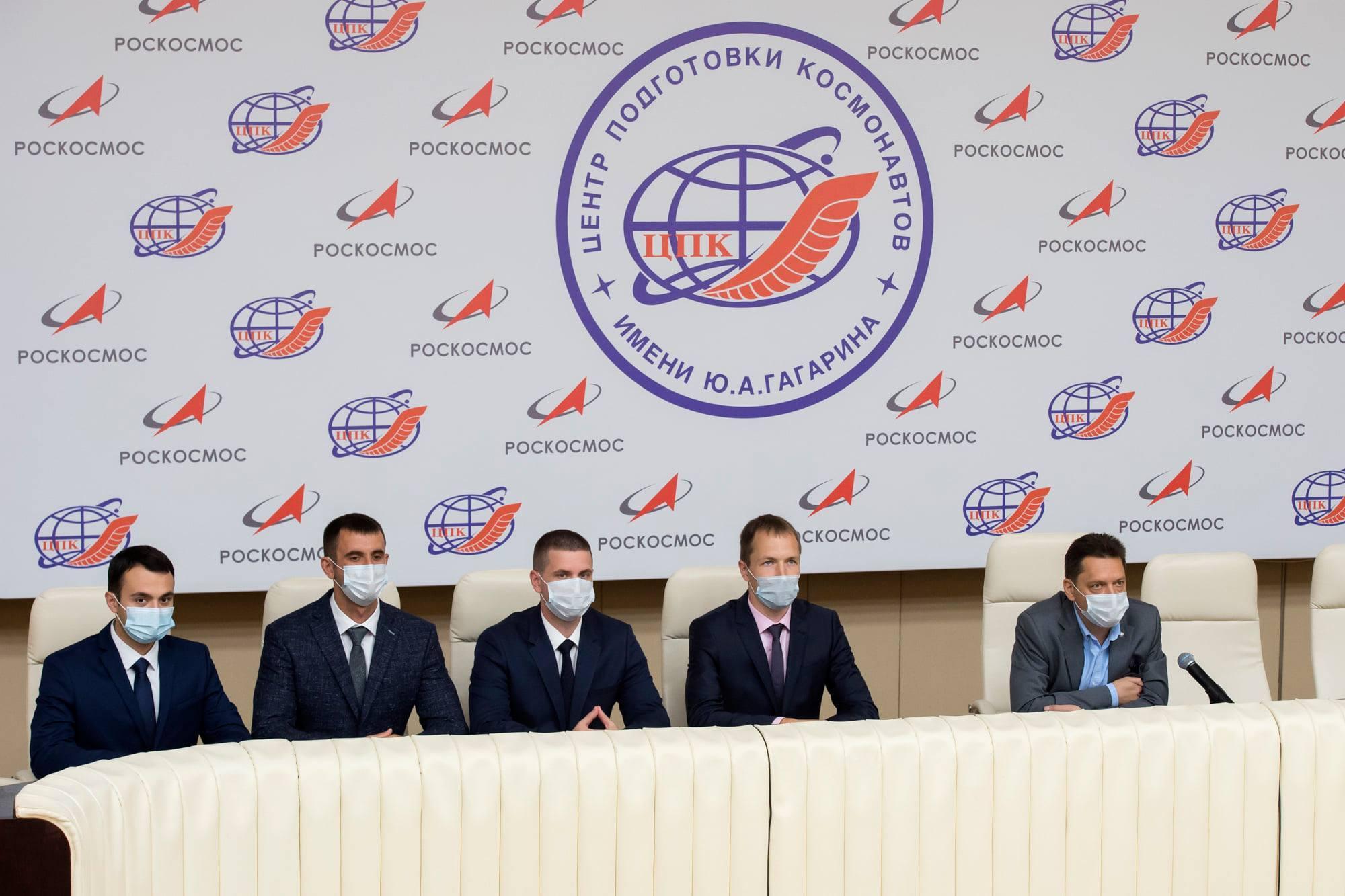 Les quatres nouvelles recrues en compagnie (à droite) du chef du TsPK, Maxime Kharlamov.