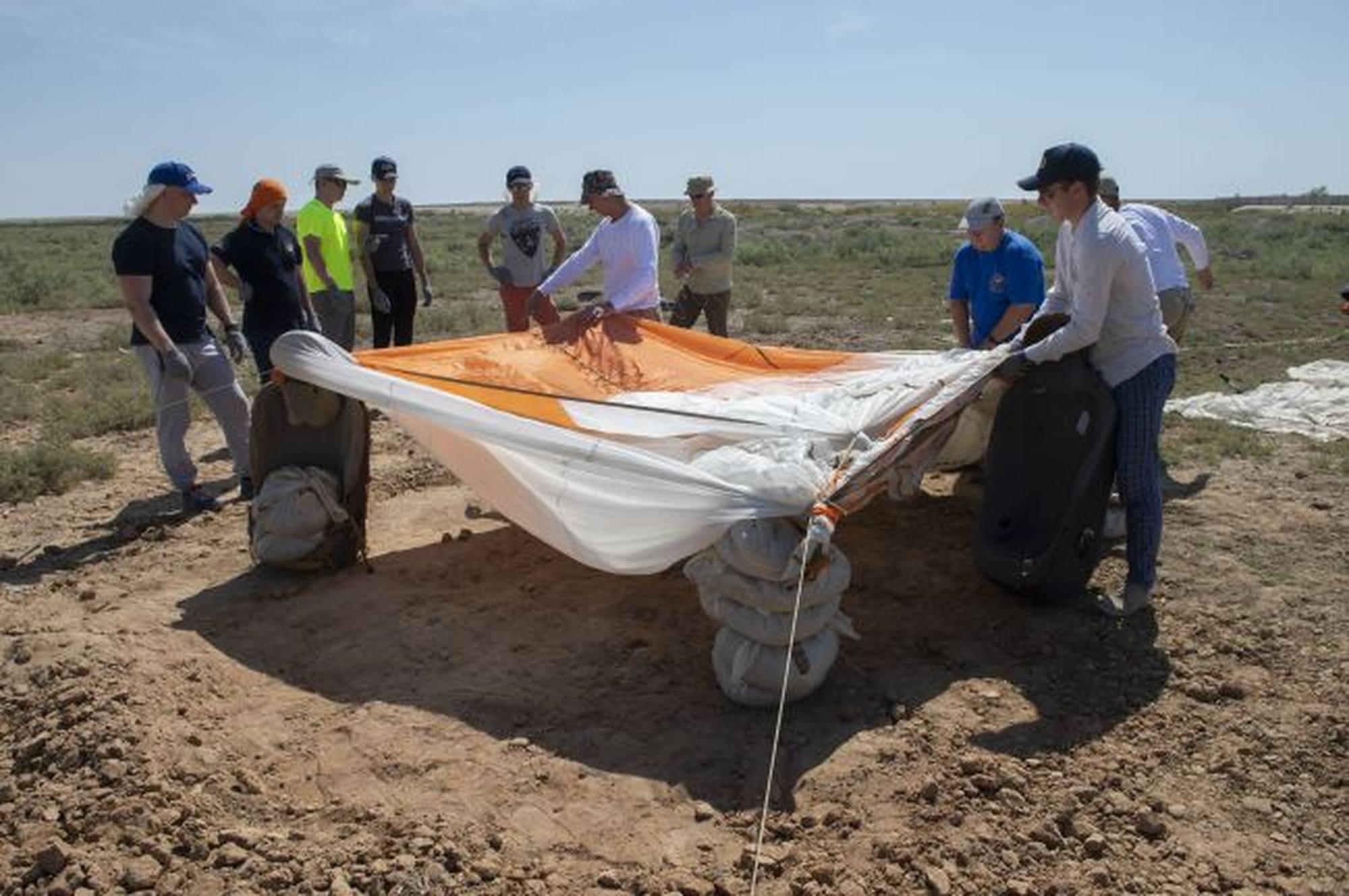 Un abri avec les moyens du bord: parachute et autres éléments sortis du soyouz.