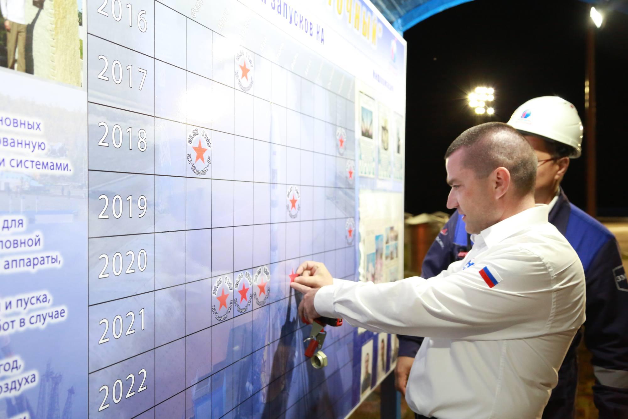 Un employé du TsENKI ajoute le lancement d'aujourd'hui sur le panneau d'affichage du pas de tir.