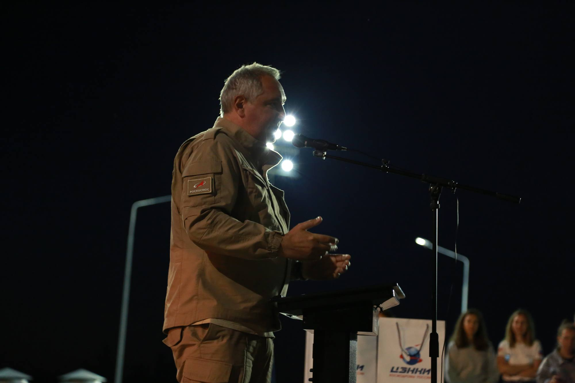 Petit discours de Dmitry Rogozine pour remercier les employés.