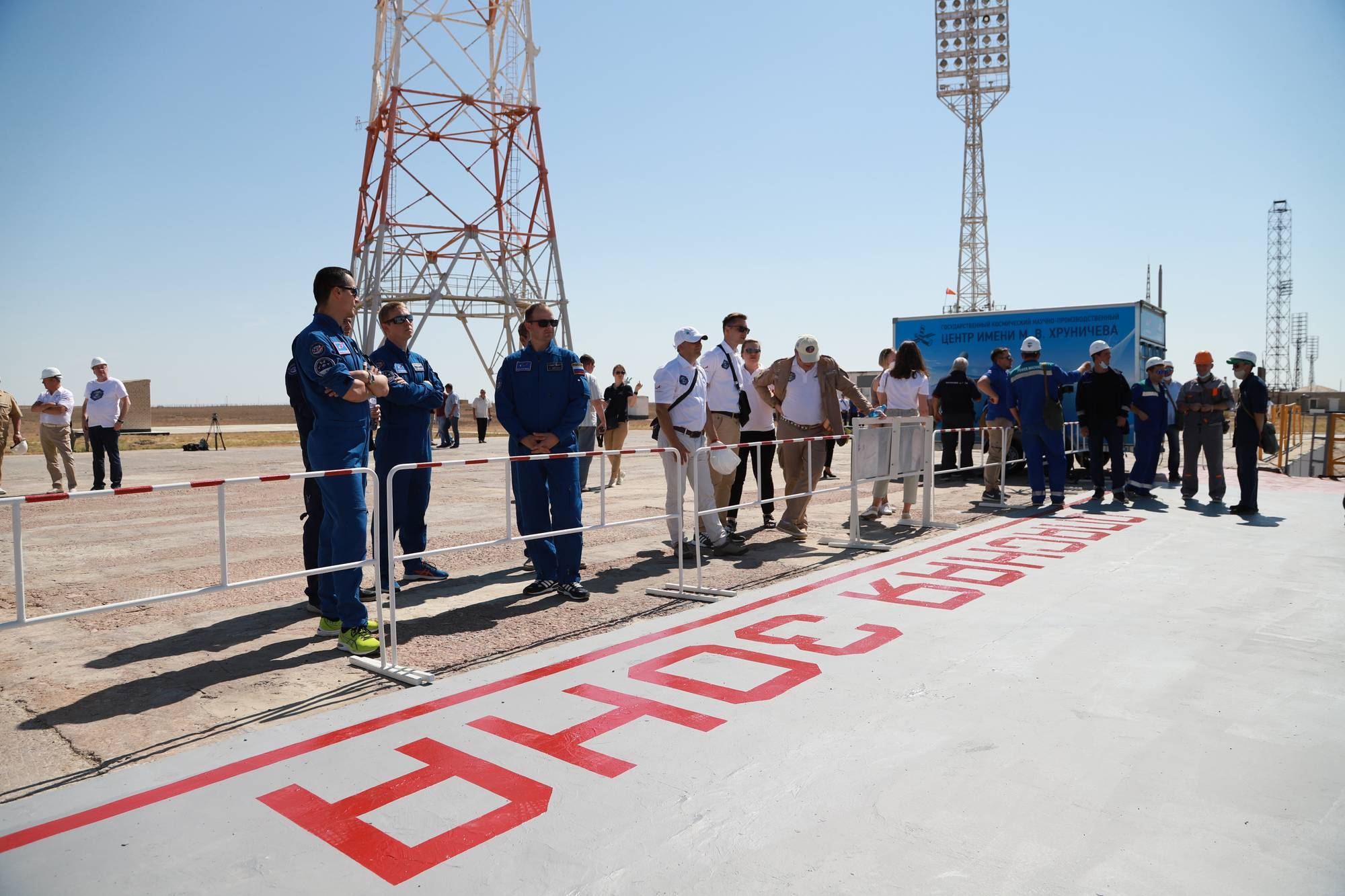 Les cosmonautes (en bleus) observent les opérations sans dépasser la zone interdite.