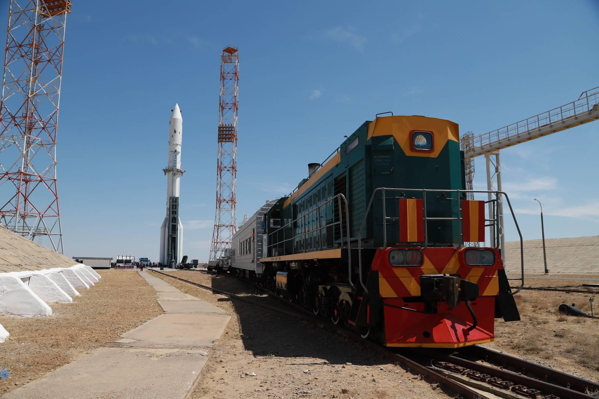 Le lanceur est dressé: le convoi d etransport et d'érection va pouvoir repartir.