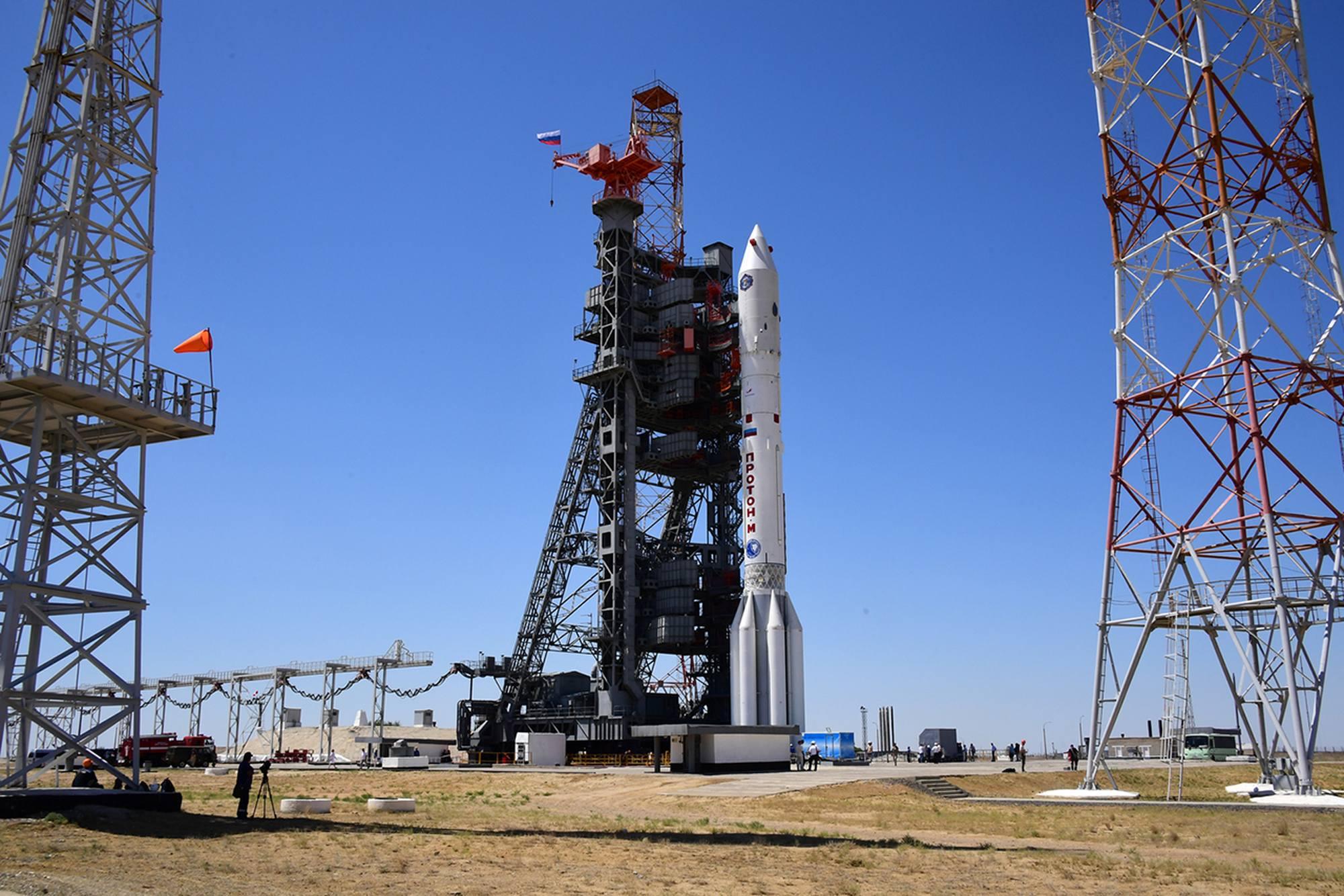 La tour mobile s'avance vers le lanceur Proton-MLM.