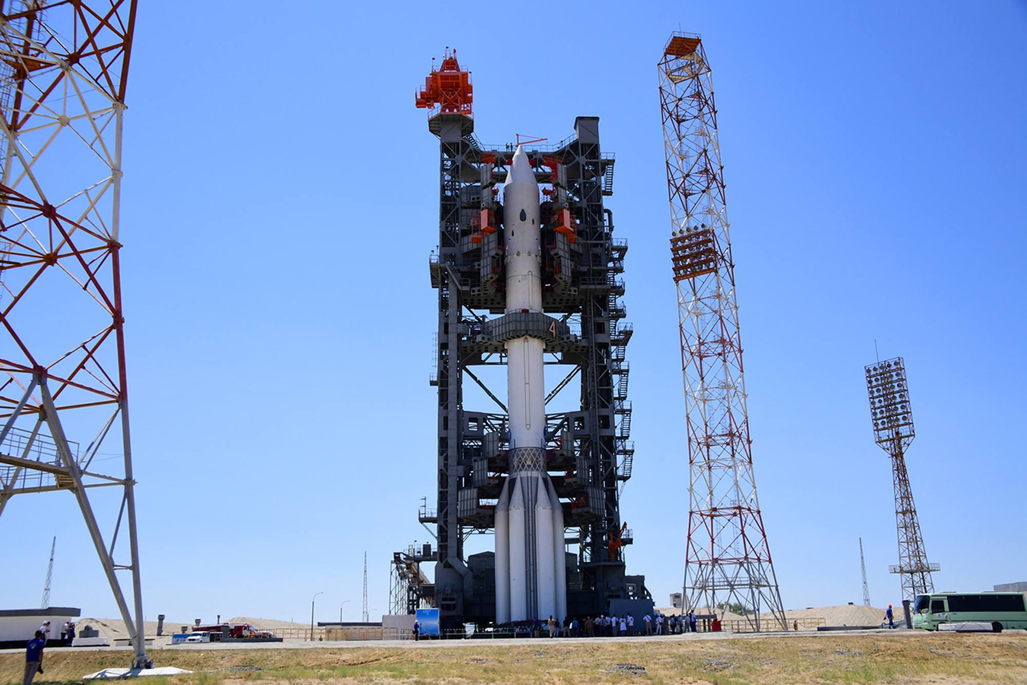 Les coursives d'accès de la tour mobile se referment sur le lanceur Proton.