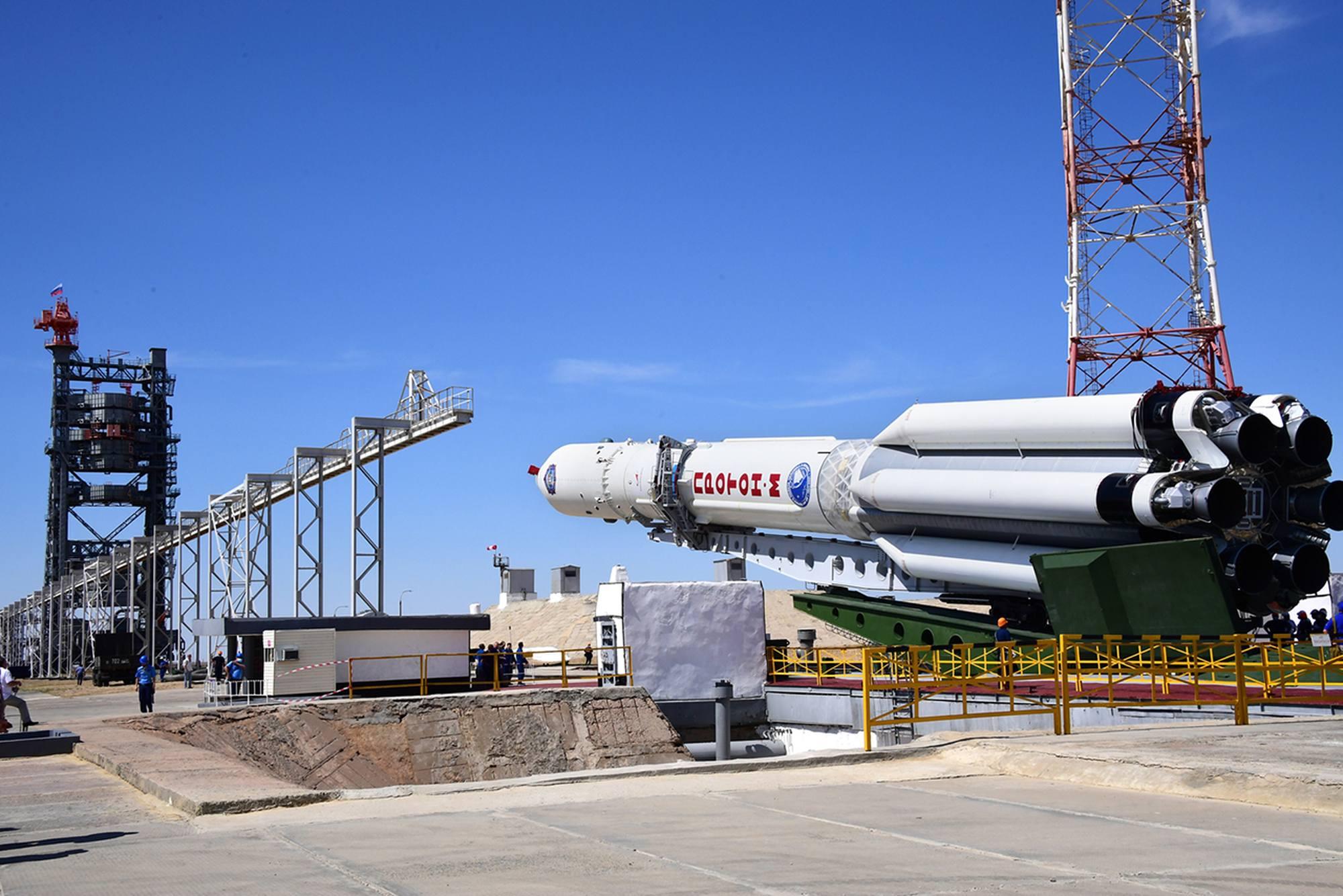 Début de la verticalisation du lanceur Proton-MLM.