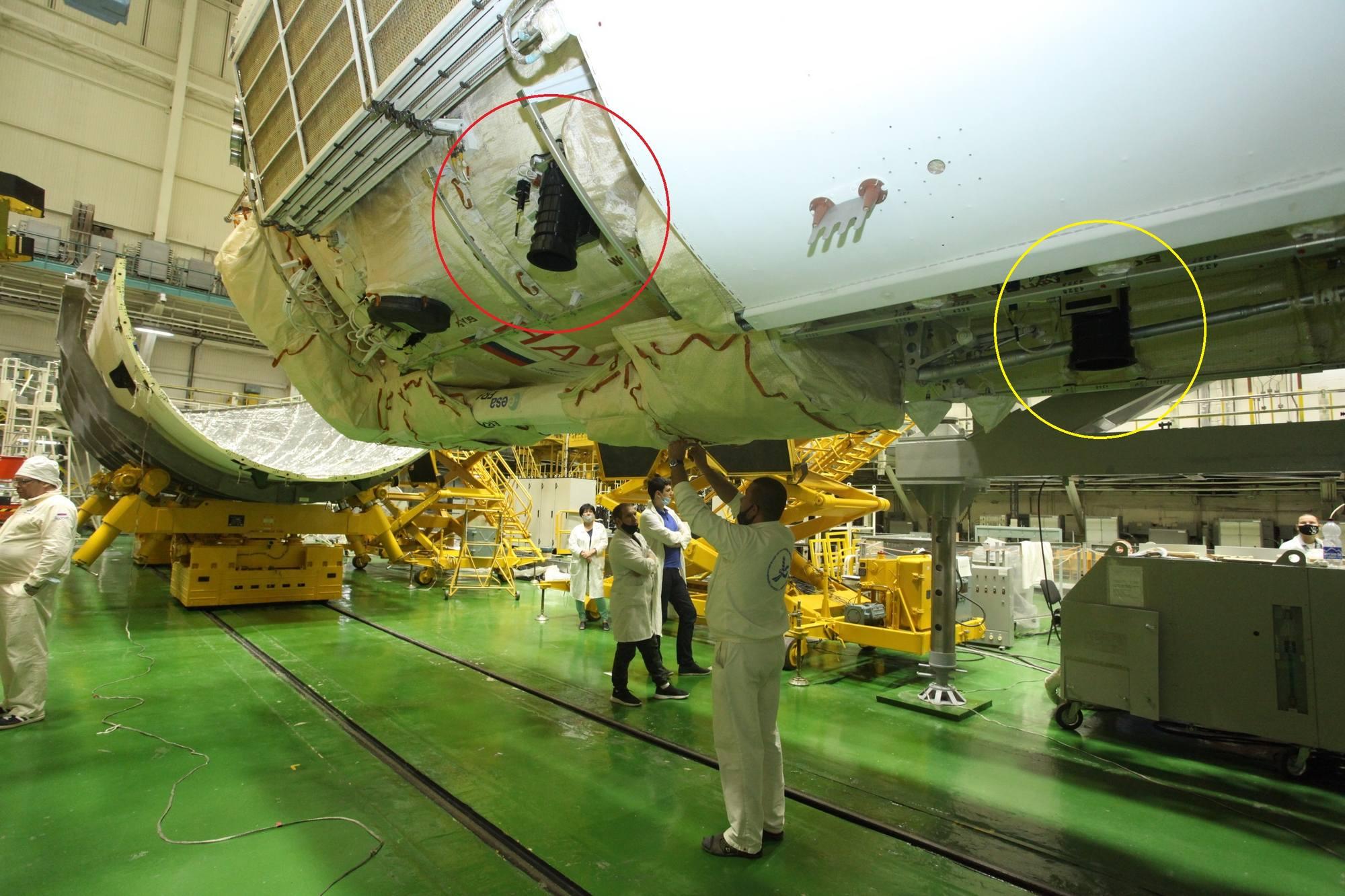 Le module Naouka lors de sa préparation à Baïkonour. Les cercles indiquent les zones probables où les couvertures de thermorégulation ont été oubliées.