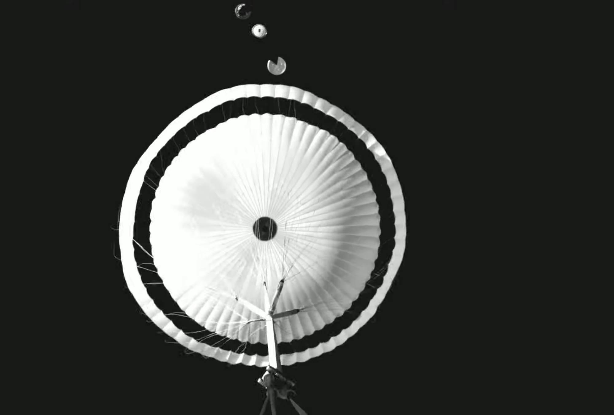 Une image enregistrée lors du test récent des parachutes d'ExoMars 2022 en Suède.
