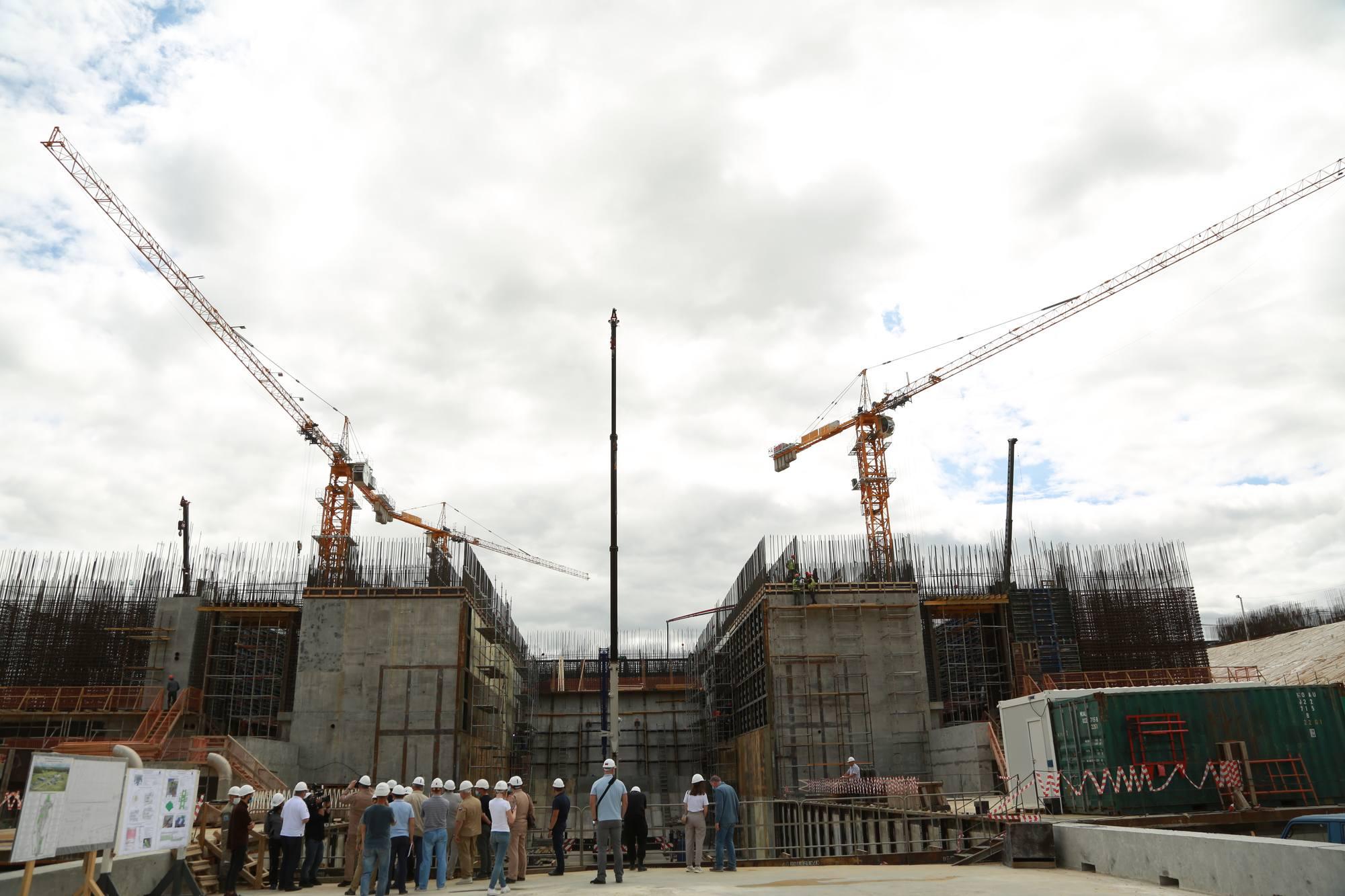Les visiteurs observent la progression des travaux.