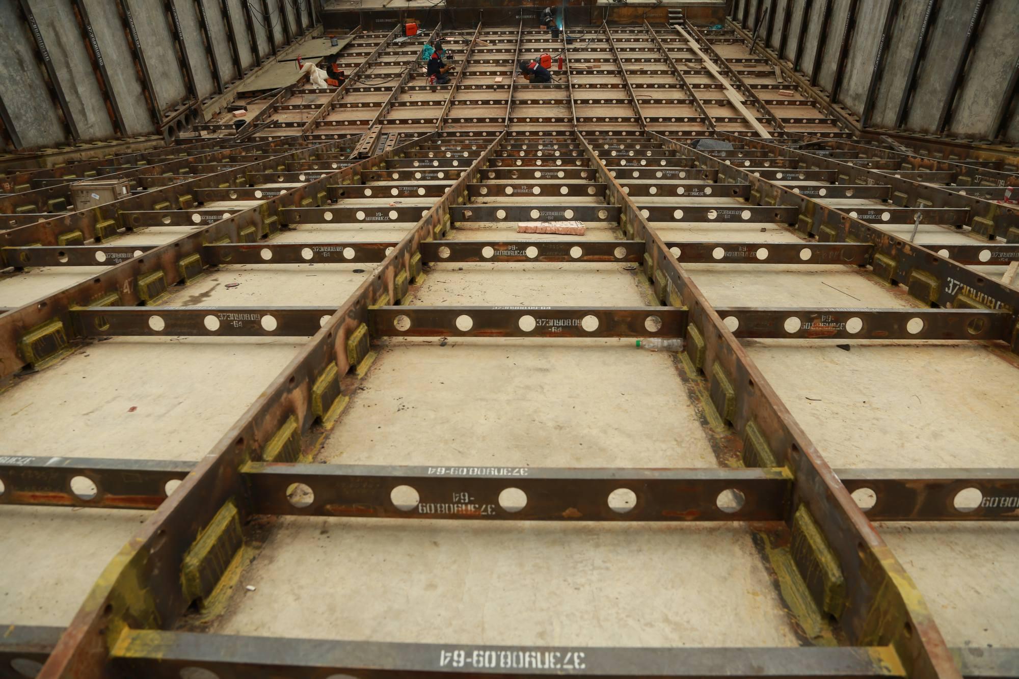 La tranchée d'évacuation des gaz (sur la partie proche de la table de tir) sera recouverte de plaques metalliques (acier) ou de béton coulé dans des structures métalliques (selon la distance à la table).