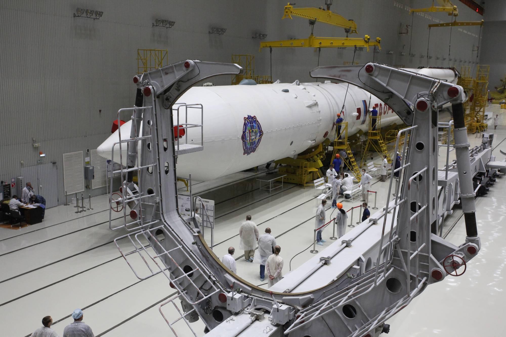 Proton-M et sa charge utile avant son transfert sur le wagon transporteur-érecteur (au premier plan).