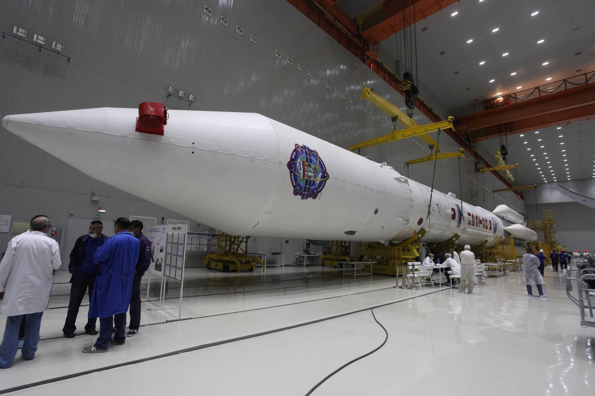 Le lanceur Proton-M avec sur la coiffe le symbolisme de la charge utile.
