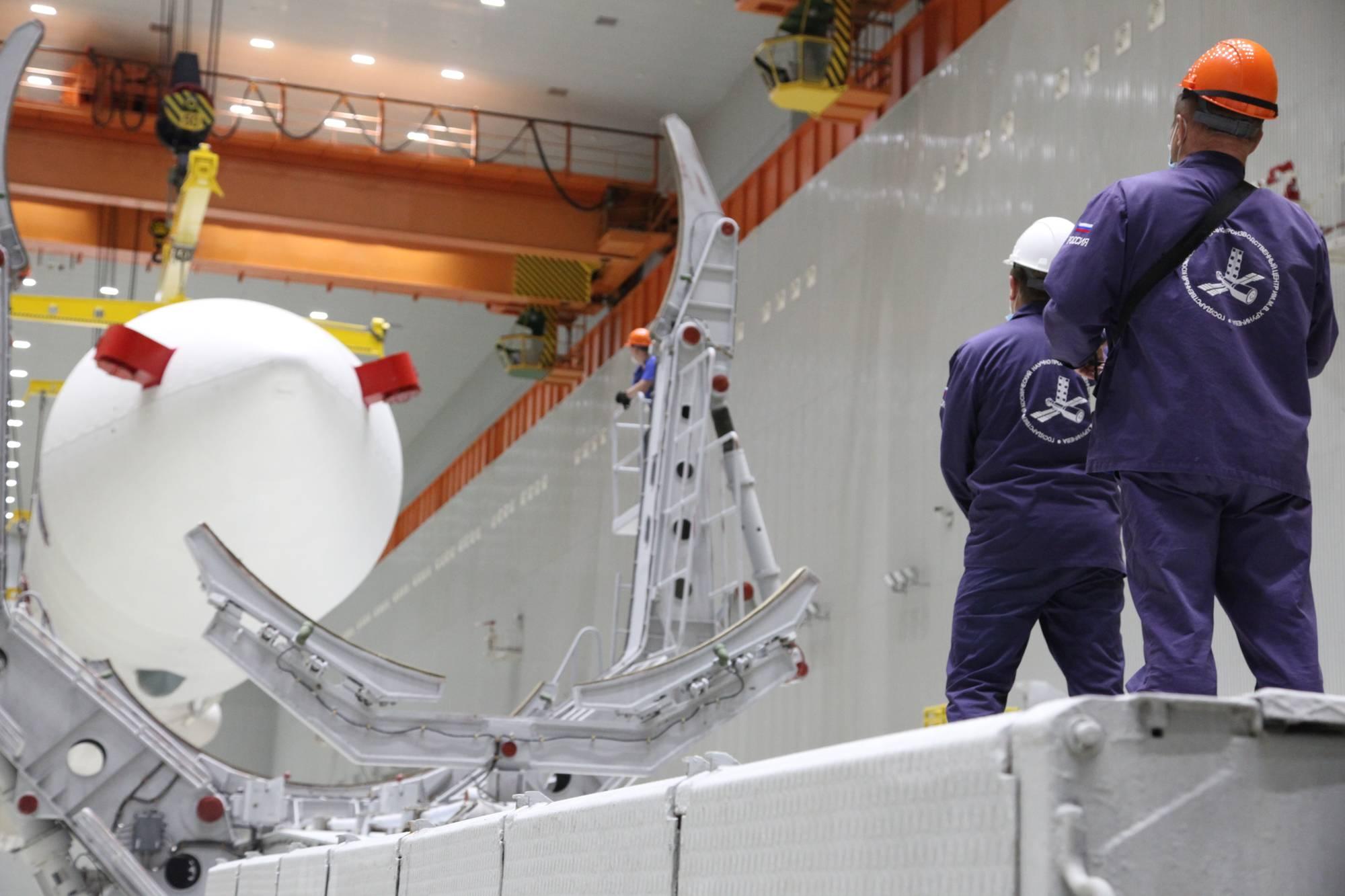 Les techniciens surveillent le transfert de Proton-M.