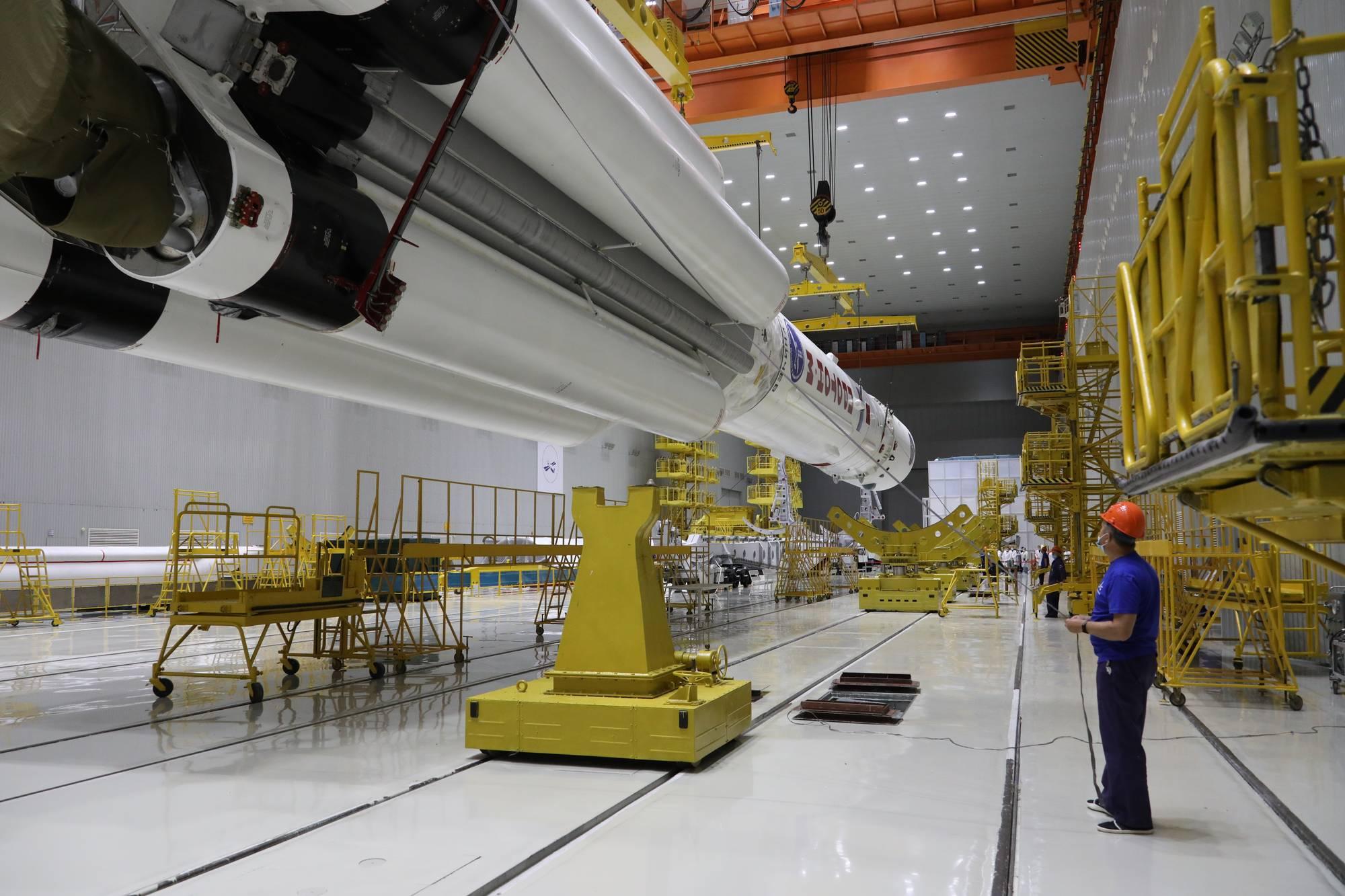 Transfert de Proton-M et de sa charge utile (Naouka) vers le wagon de transport.
