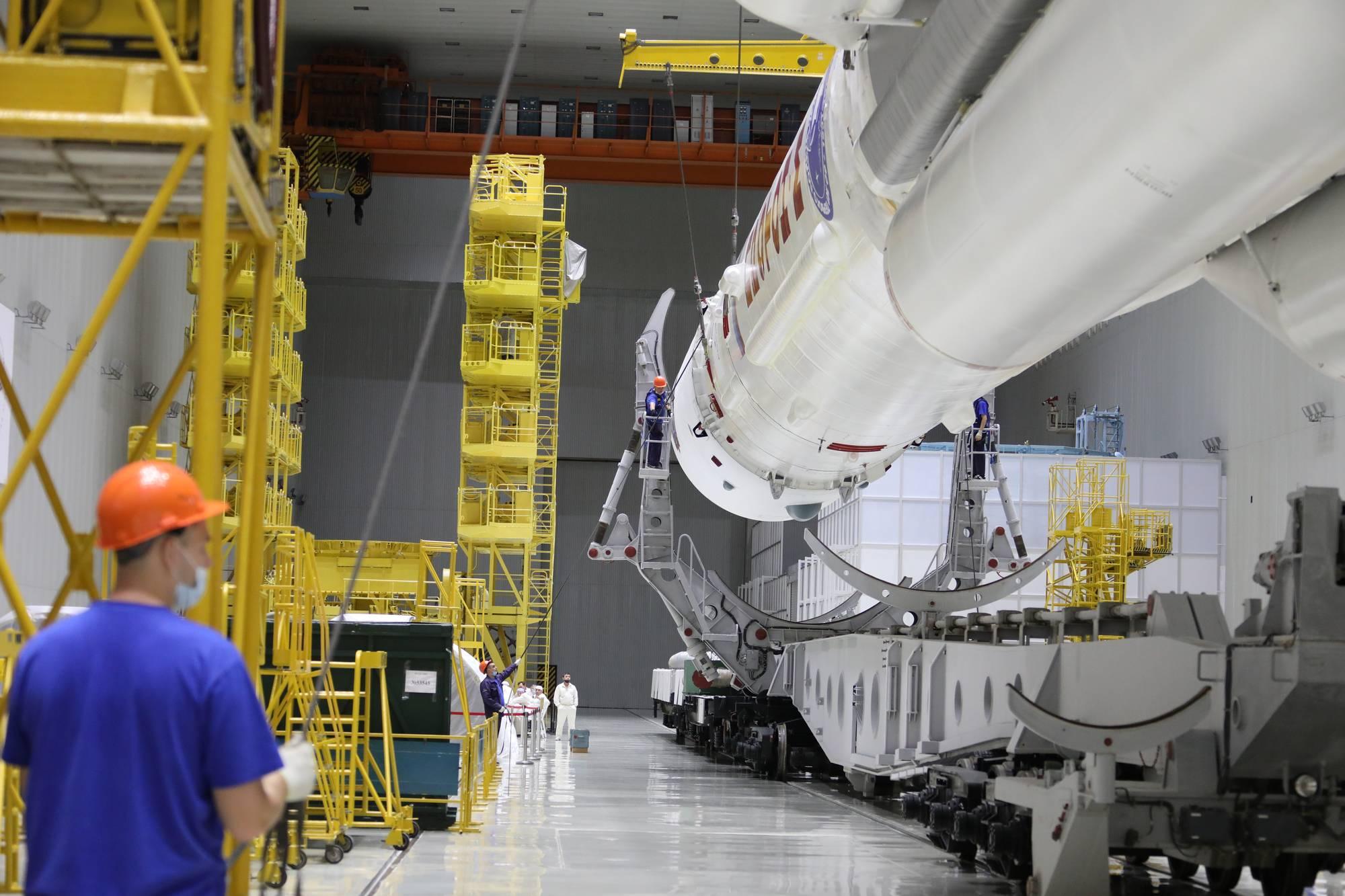 Le lanceur est disposé au-dessus de son wagon de transport.