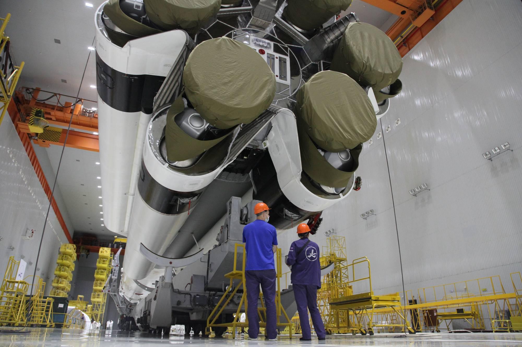 Les tuyères des moteurs de Proton-M sont protégées le temps du transport vers le pas de tir.