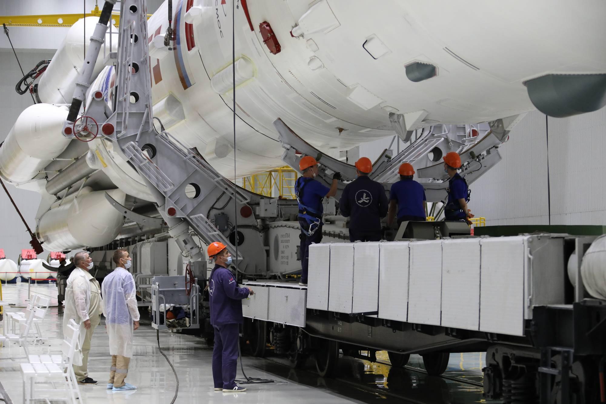 Le lanceur Proton-M est en cours de dépôt sur son wagon de transport.