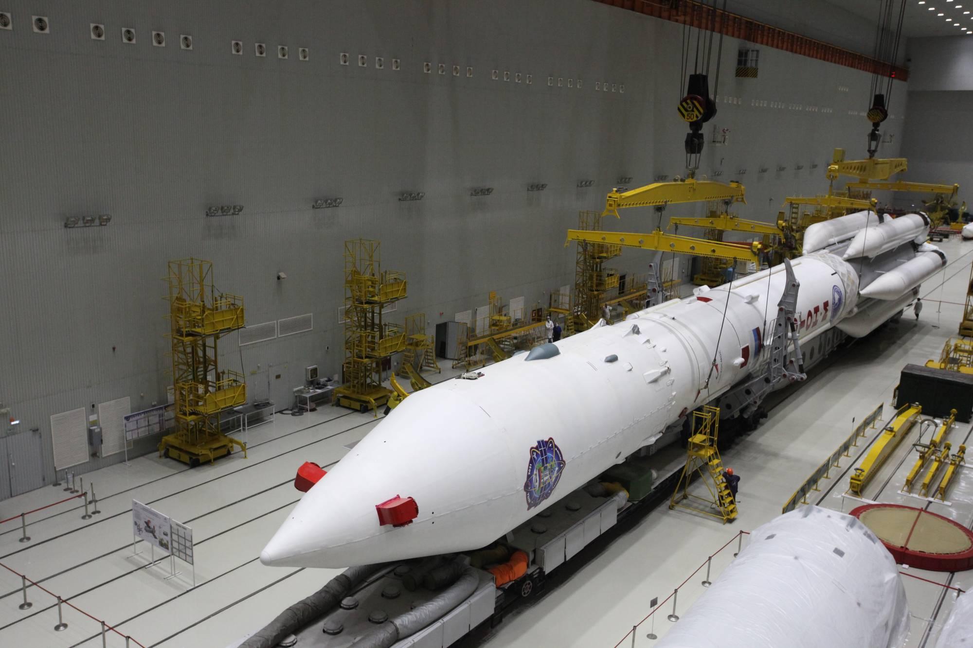 Le lanceur Proton-M et sa charge utile (module Naouka) sont prêts pour l'exportation vers le pas de tir le 17 juillet 2021.