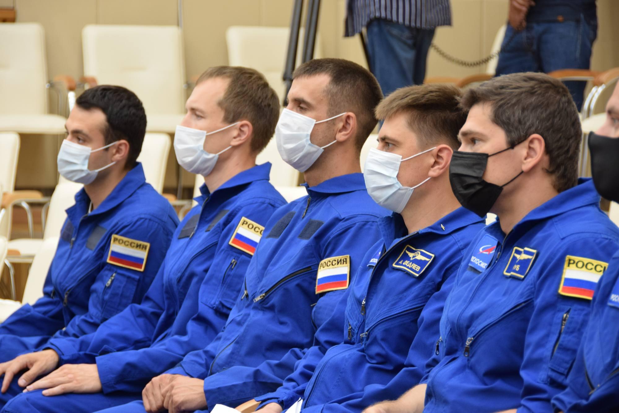 Les dernières recrues pour devenir cosmonautes sont présentes, en compagnie (à droite) de Nikolaï Choub.