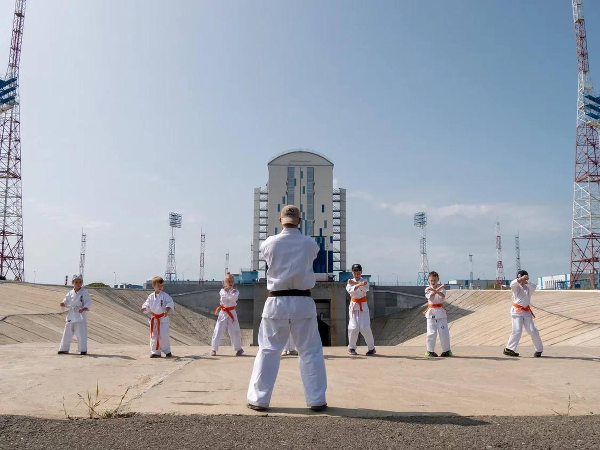 Le 13 août 2021, le cosmodrome Vostochny a été visité par les étudiants de la branche Amour de la Fédération nationale russe de karaté Kyokushinkai. 13 jeunes athlètes se sont familiarisés avec le dispositif du complexe de lancement pour le lanceur Soyouz-2 et le bâtiment d'assemblage et d'essai pour les lanceurs.