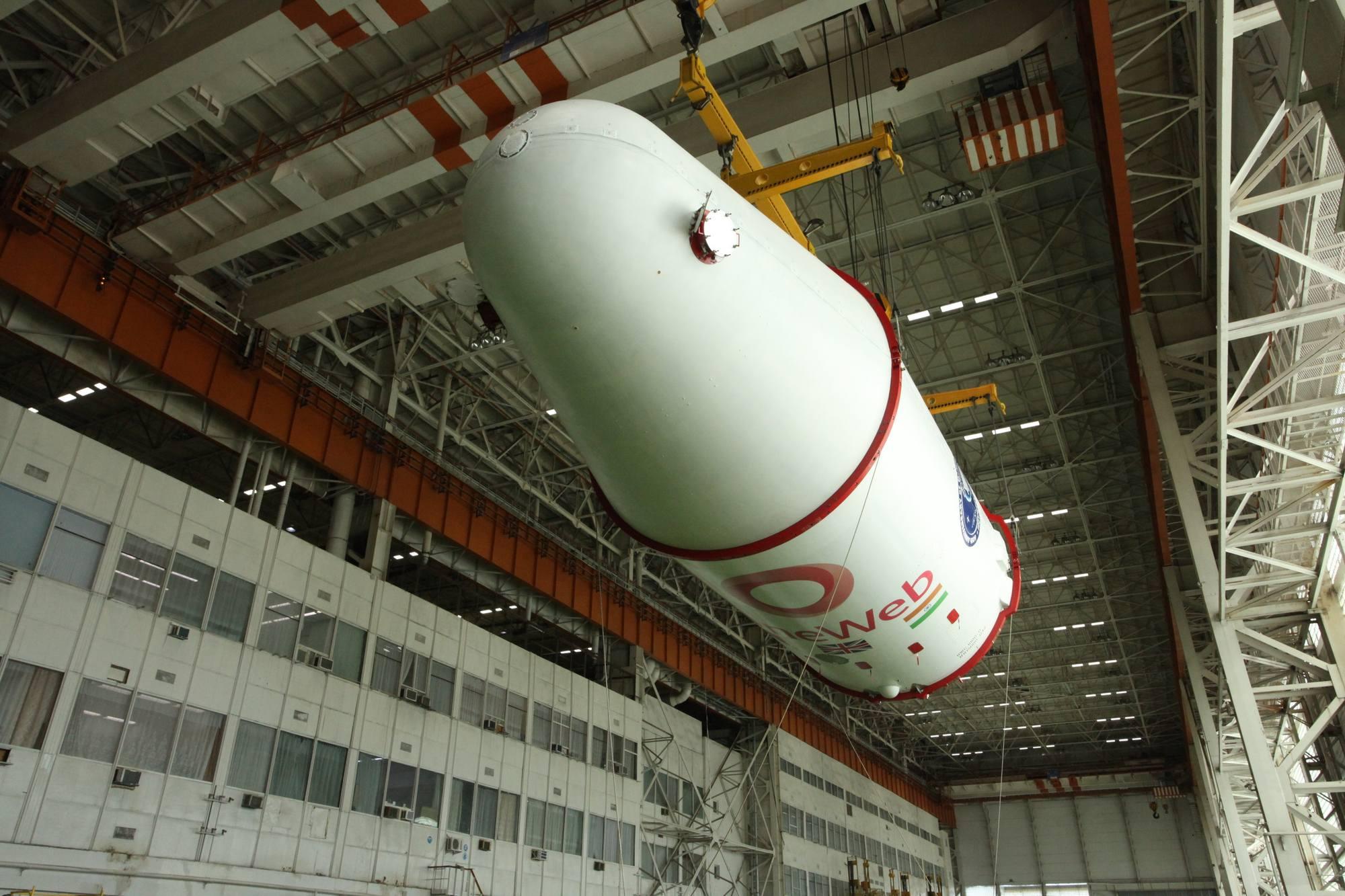 Le composite supérieur passe ainsi dans la salle où antérieurement étaient préparé les lanceurs Soyouz FG désormais décommissionnés.